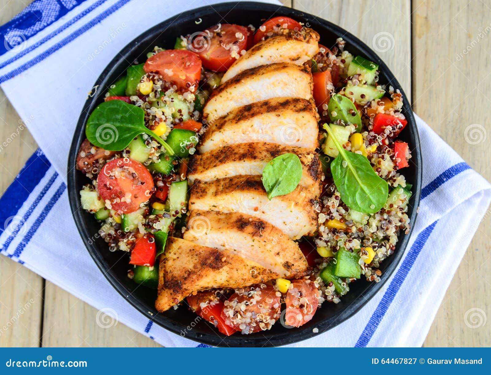 Салат Qunioa с зажаренным цыпленком