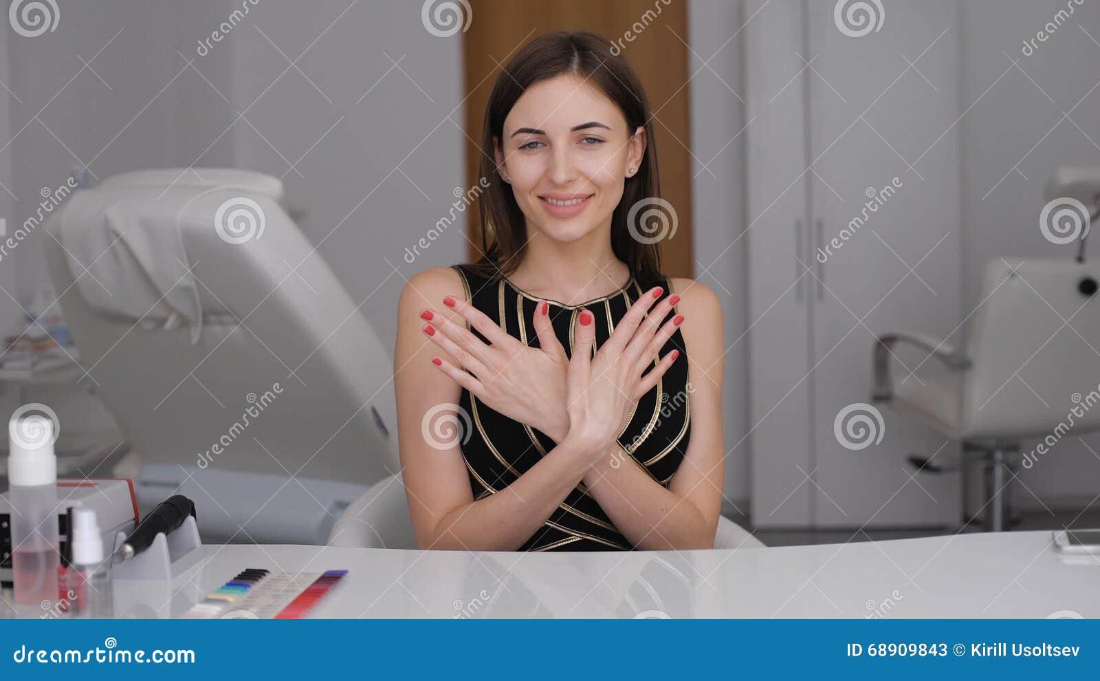 Когда девушка показывает новый маникюр