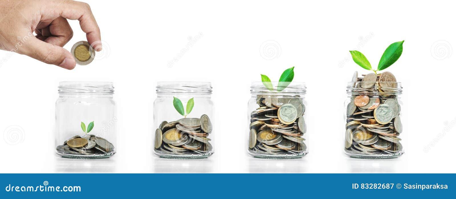 Сбережения денег, рука положили монетки в копилку с накалять заводов