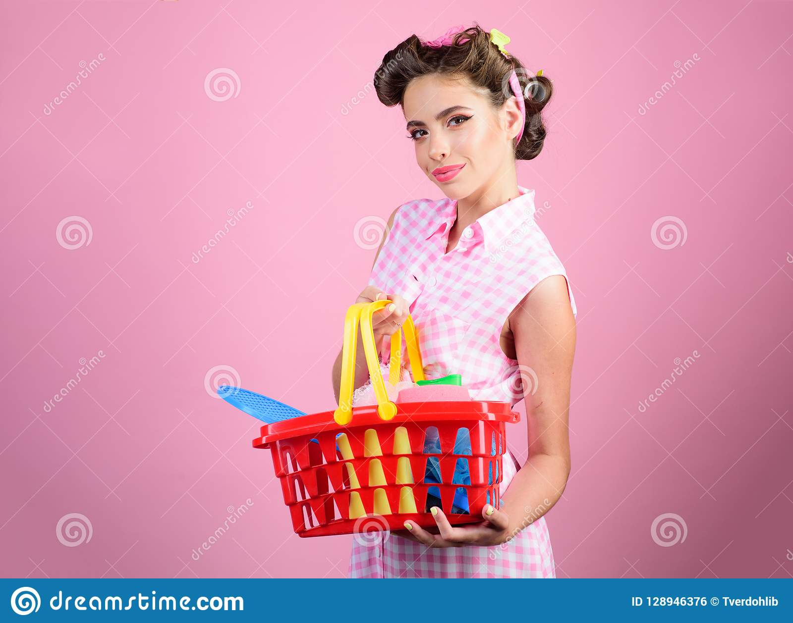 сбережения на приобретениях счастливая девушка наслаждаясь онлайн покупками Онлайн ходя по магазинам app винтажная женщина домохо