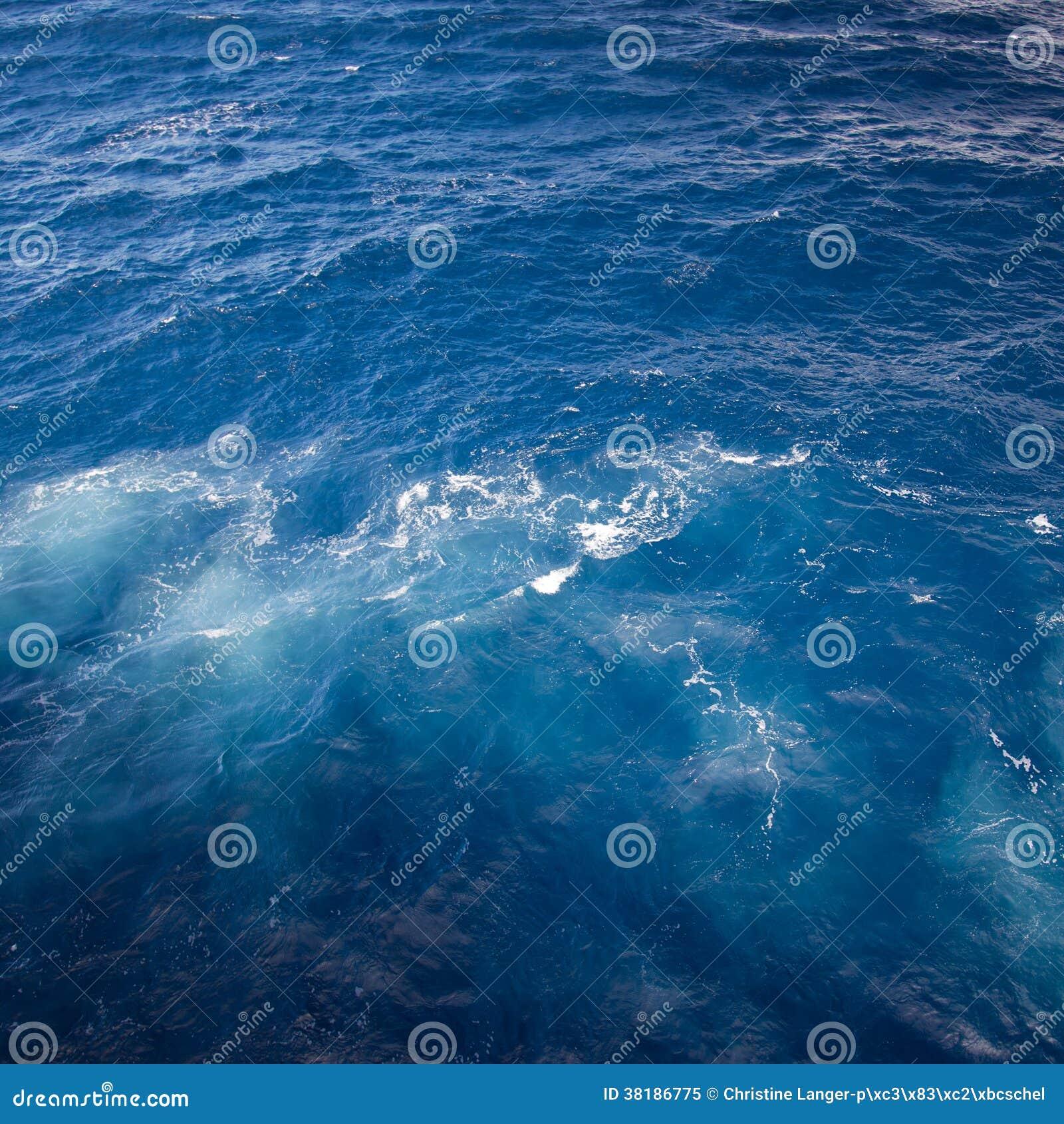 Сбивая голубая морская вода с пузырями