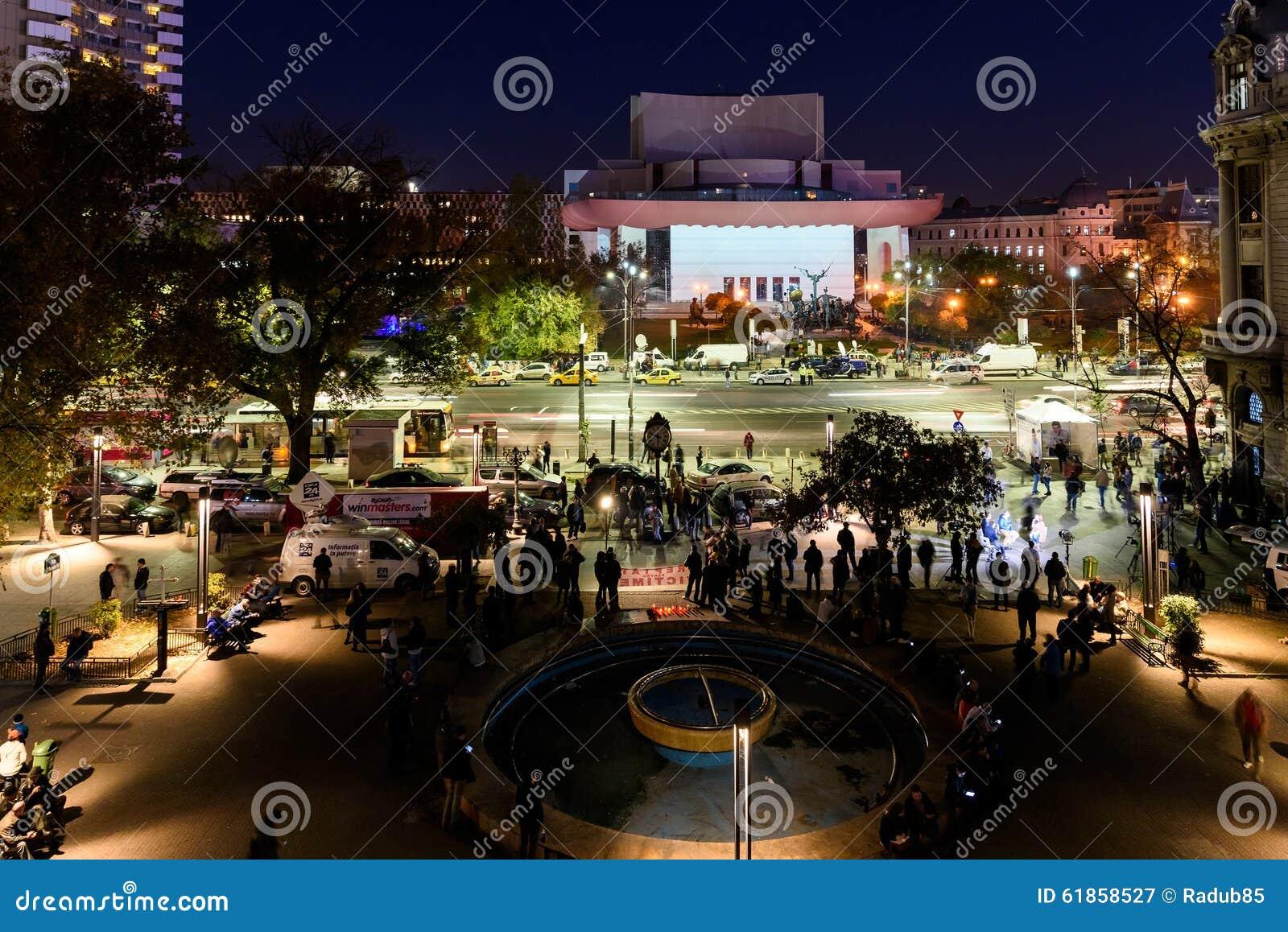 Сбор людей в квадрате университета и национальный театр на второй день протеста против правительства коррупции и румына