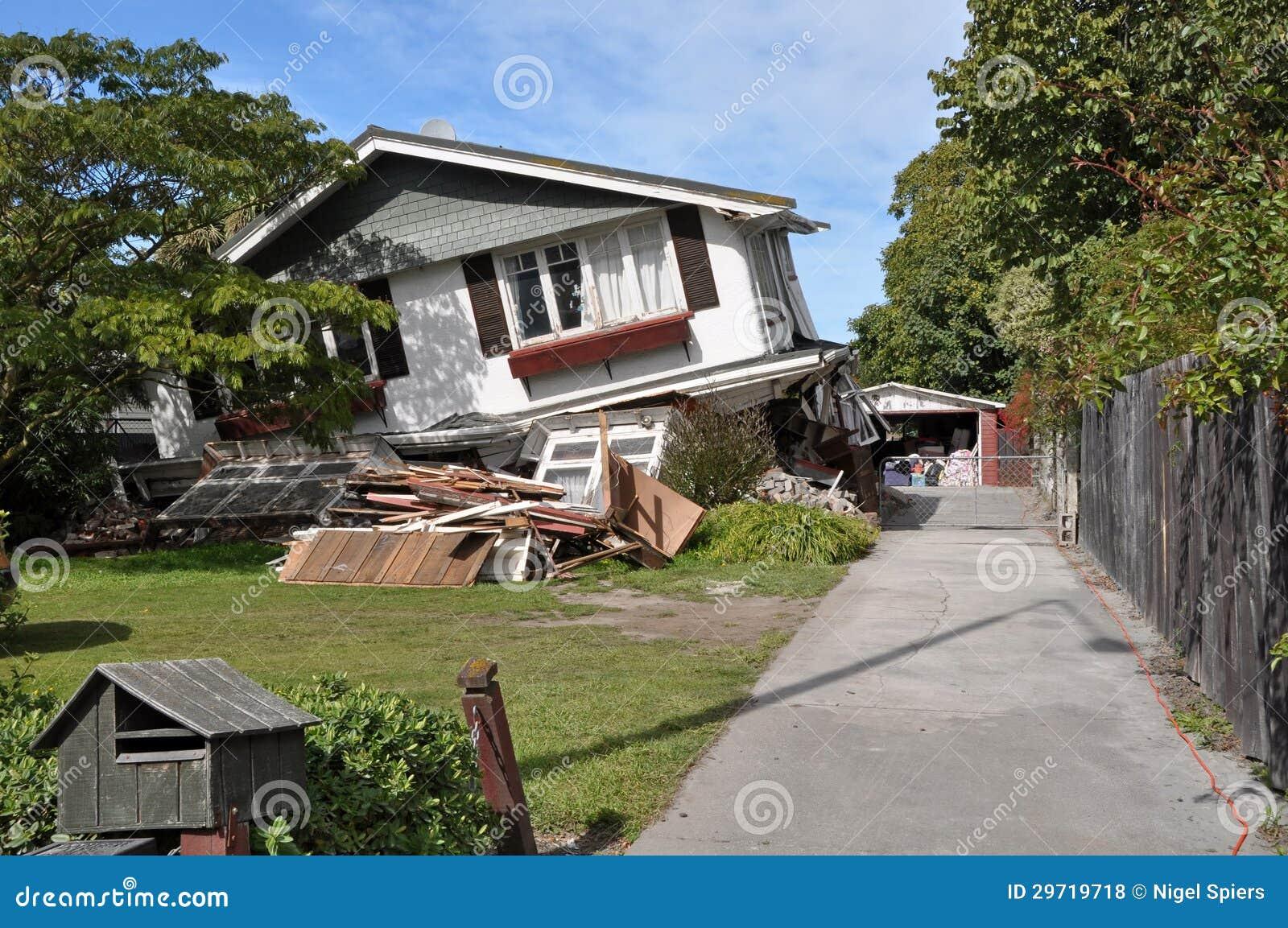 Дом рушится в землетрясении.
