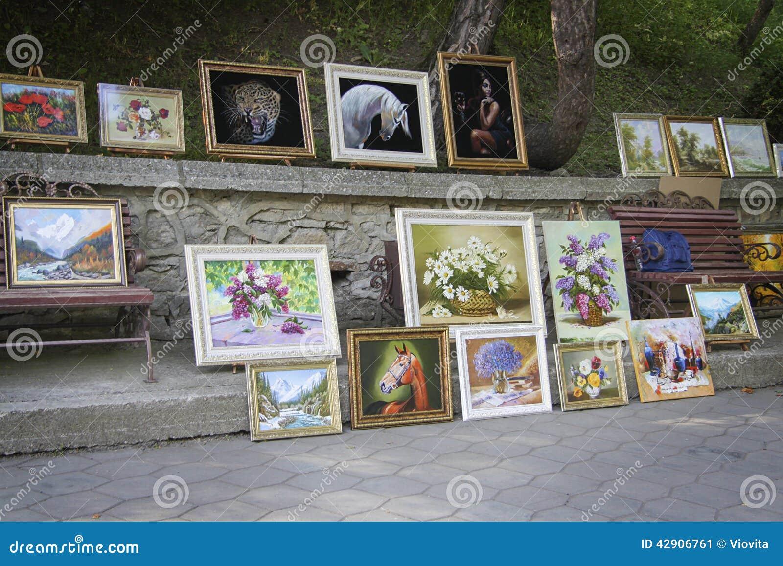 Сбывание картин на рынке улицы