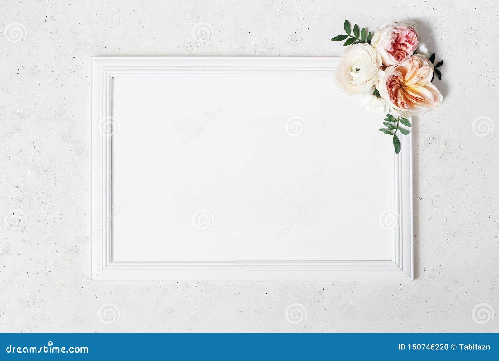 Свадьба, сцена модель-макета доски знака дня рождения Рамка пробела белая деревянная Декоративный флористический угол Зеленые лис