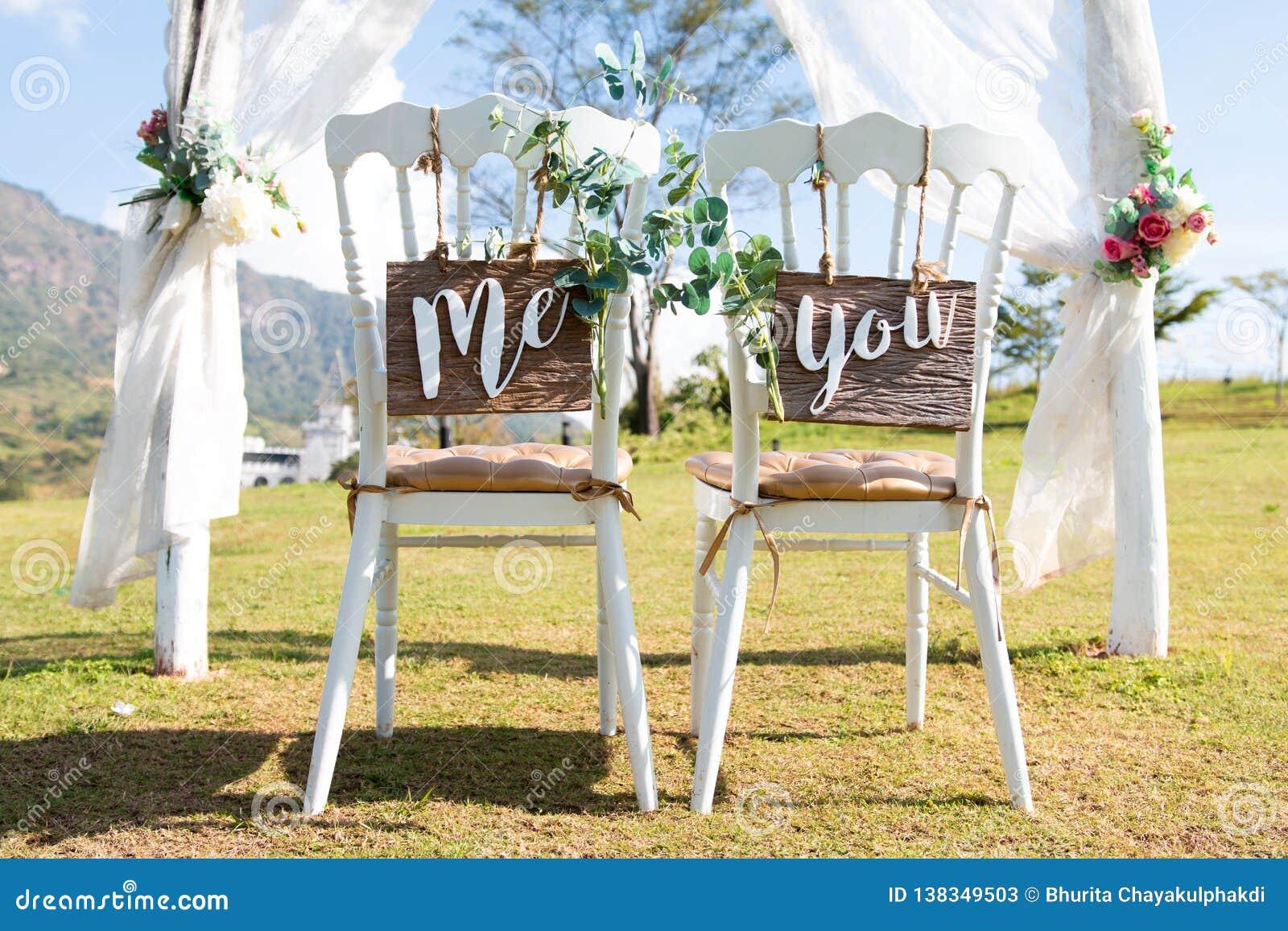 Свадьба я и вы подписывает на стульях