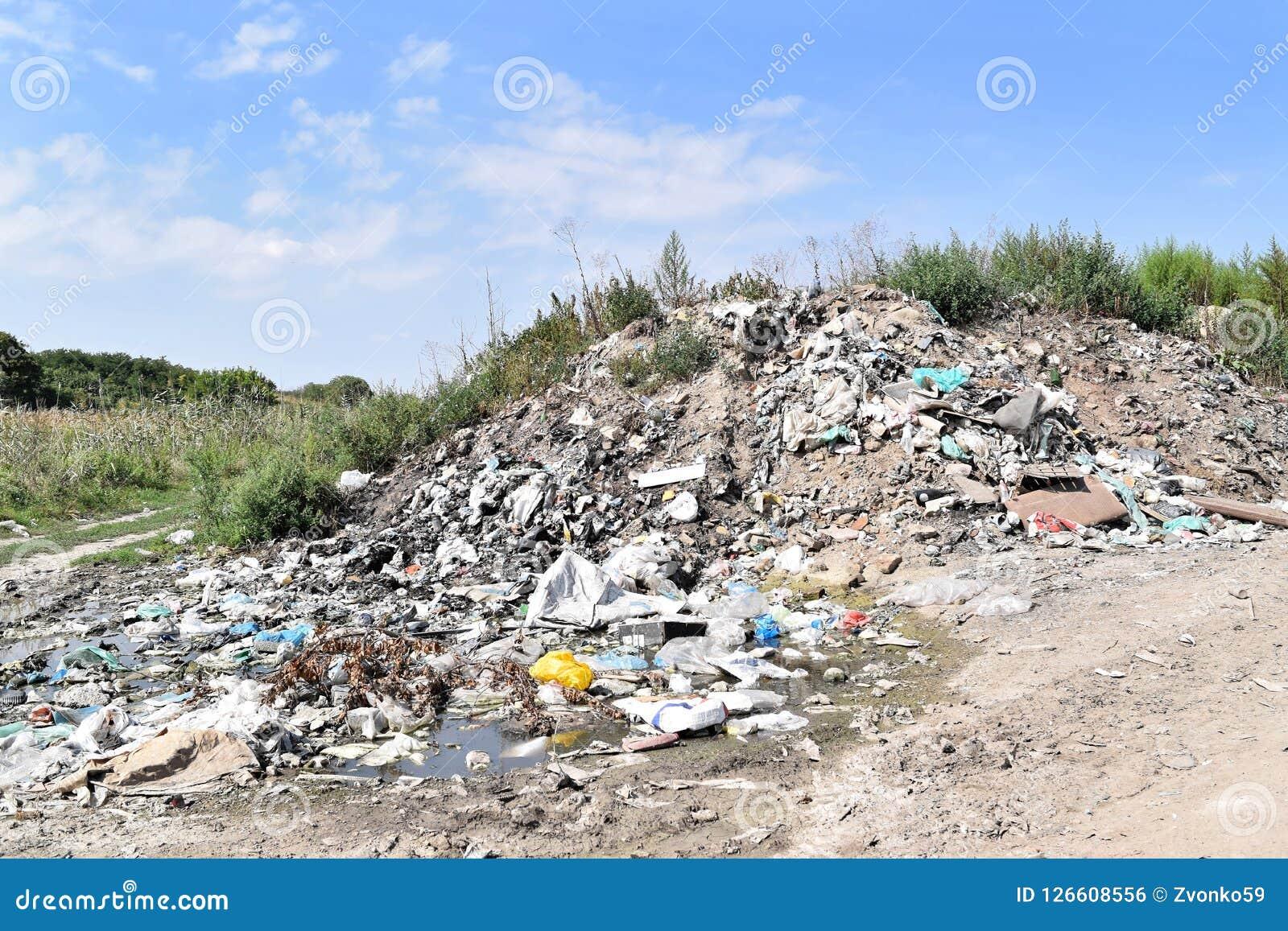 Свалка мусора, экологическая катастрофа в Восточной Европе
