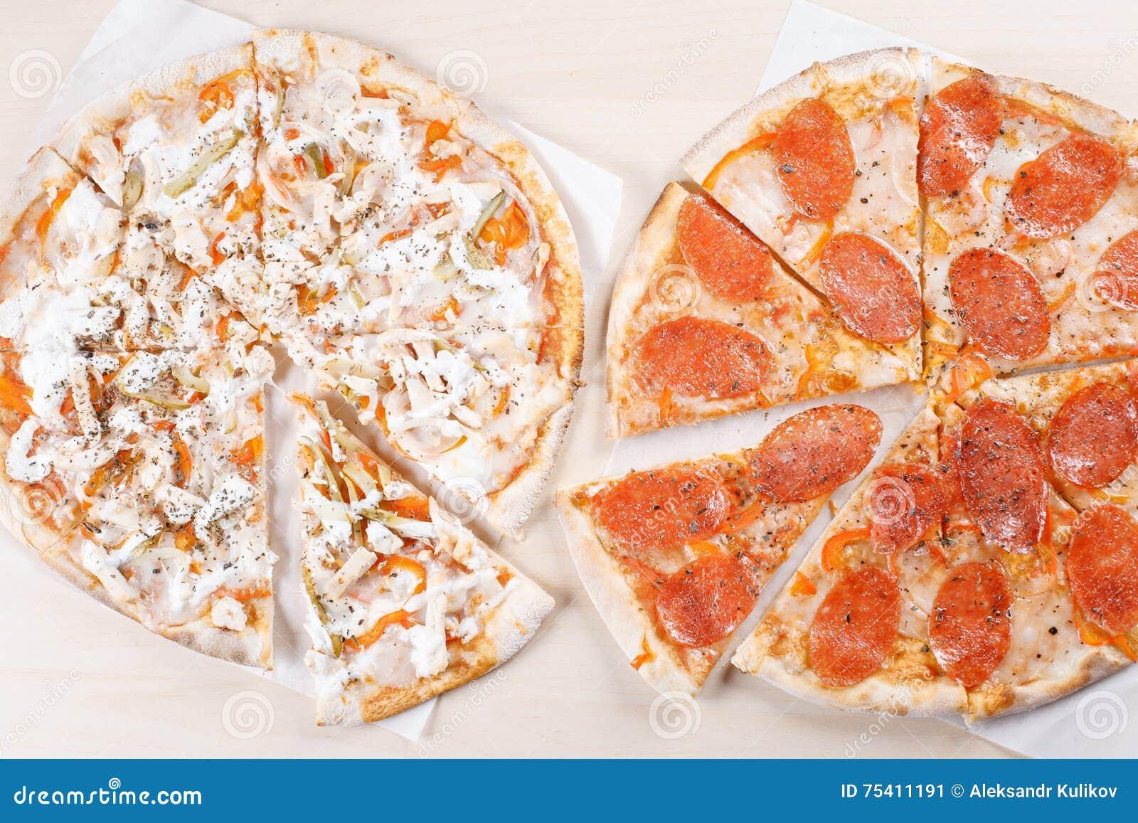 Сваренная пицца на тонкой корке в кухне