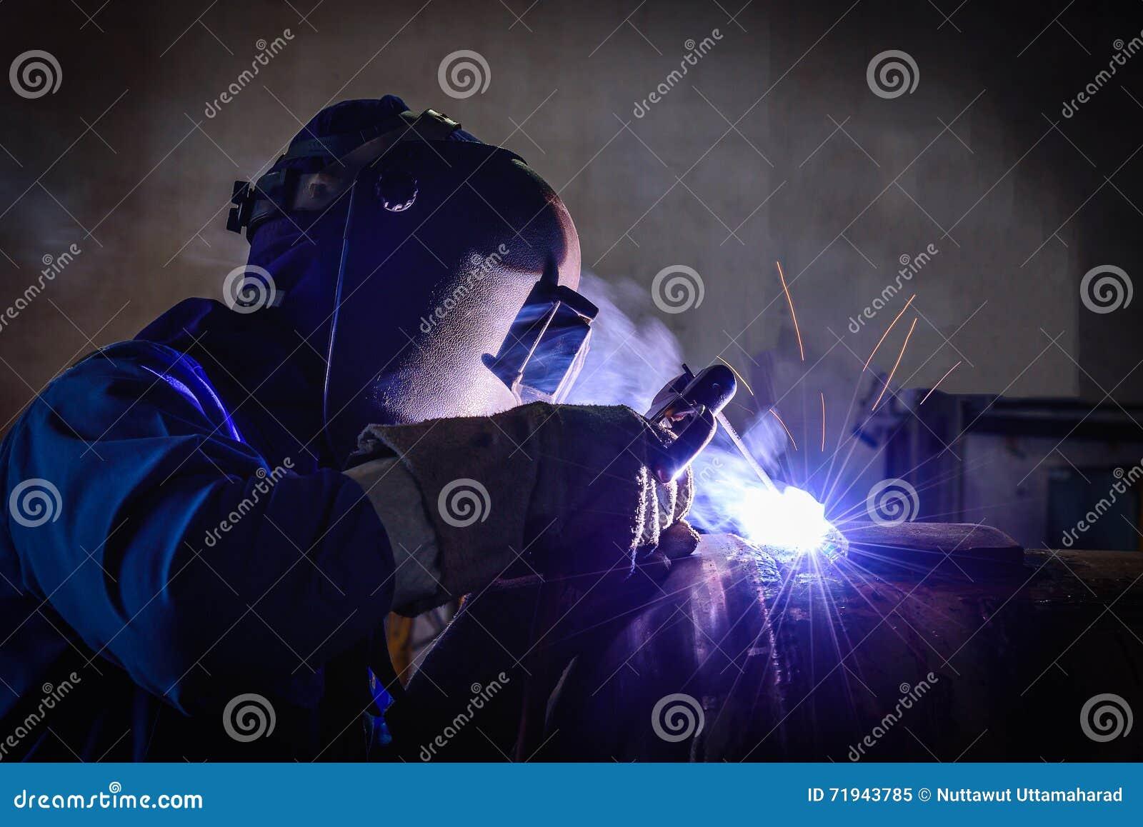 Сваривая стальные структуры и яркие искры