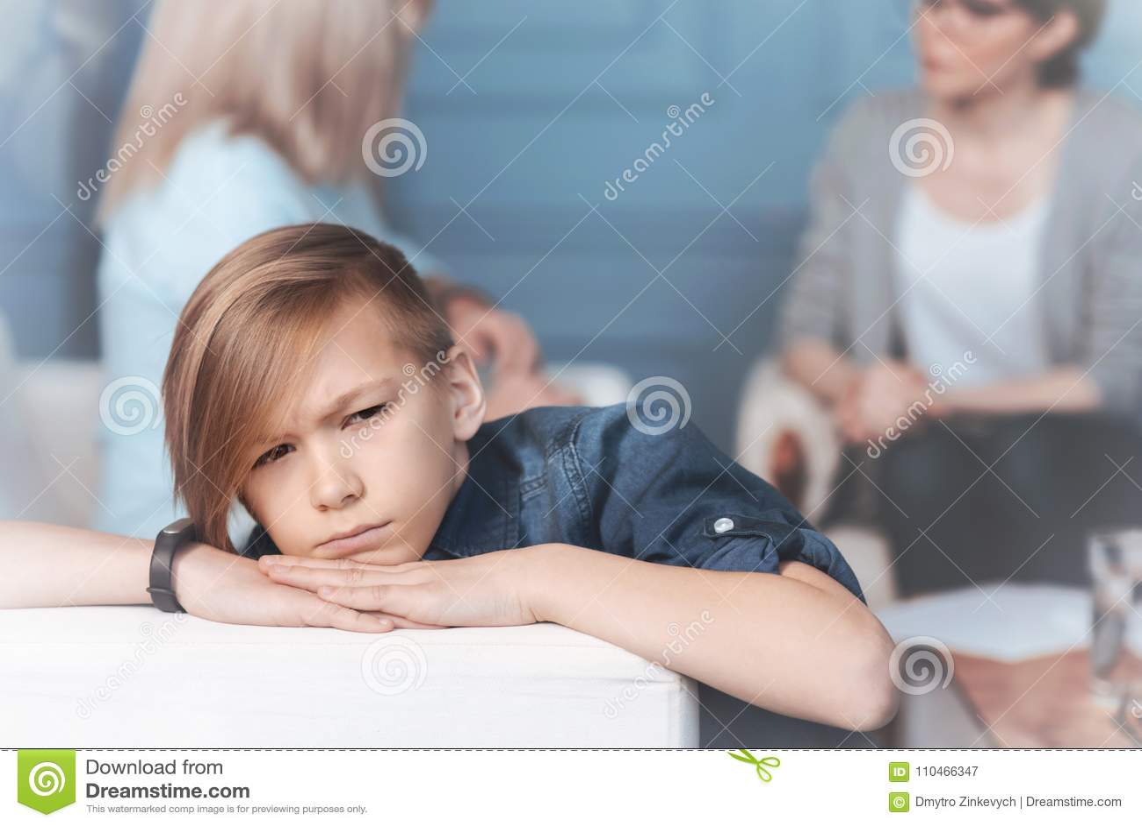 Сварливый ребенок ослабляя на софе в офисе психолога