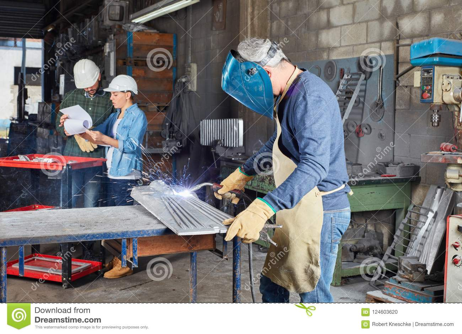 Сварщик как работник работая с сталью