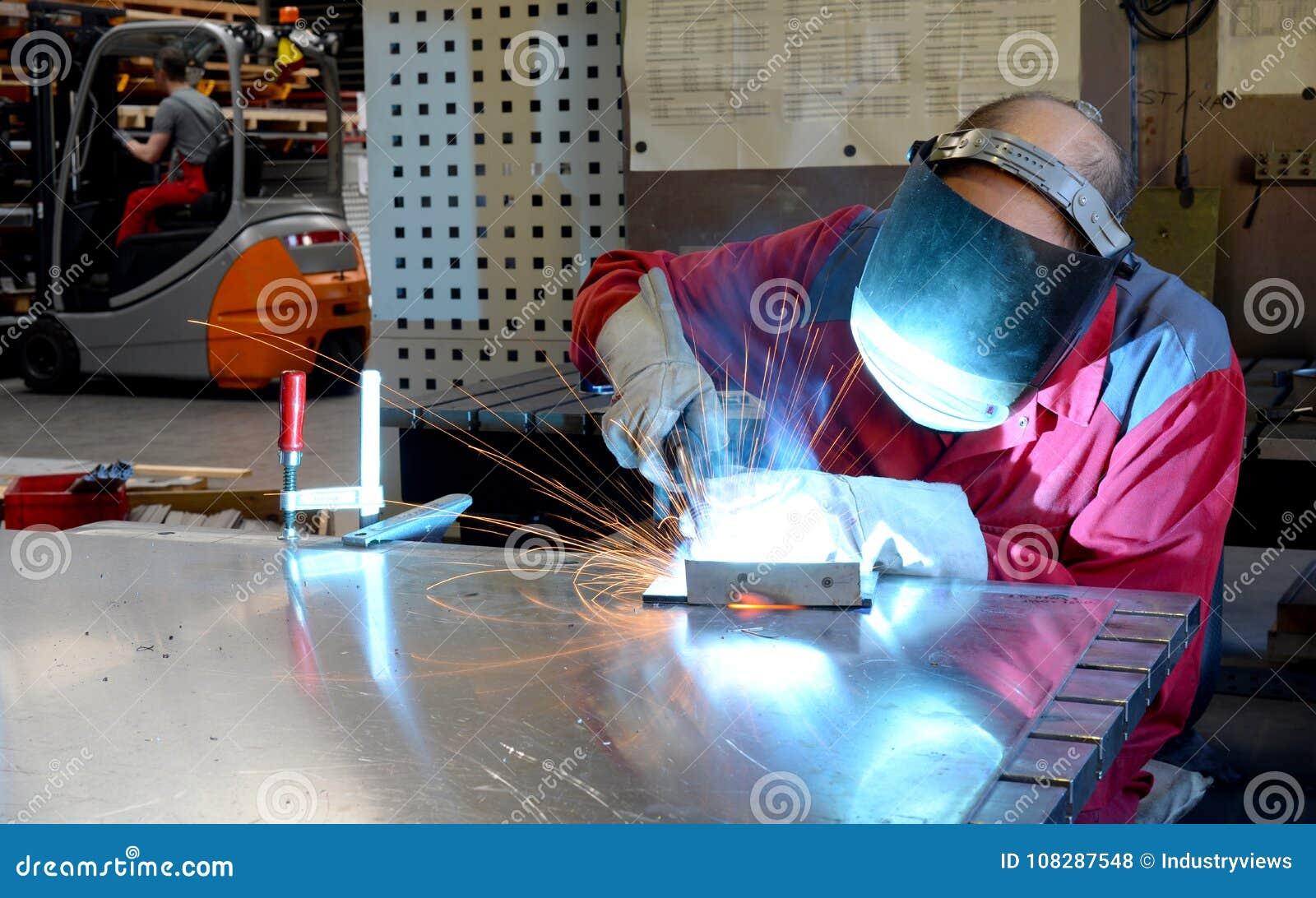 Сварщик работает в индустрии metall - портрете