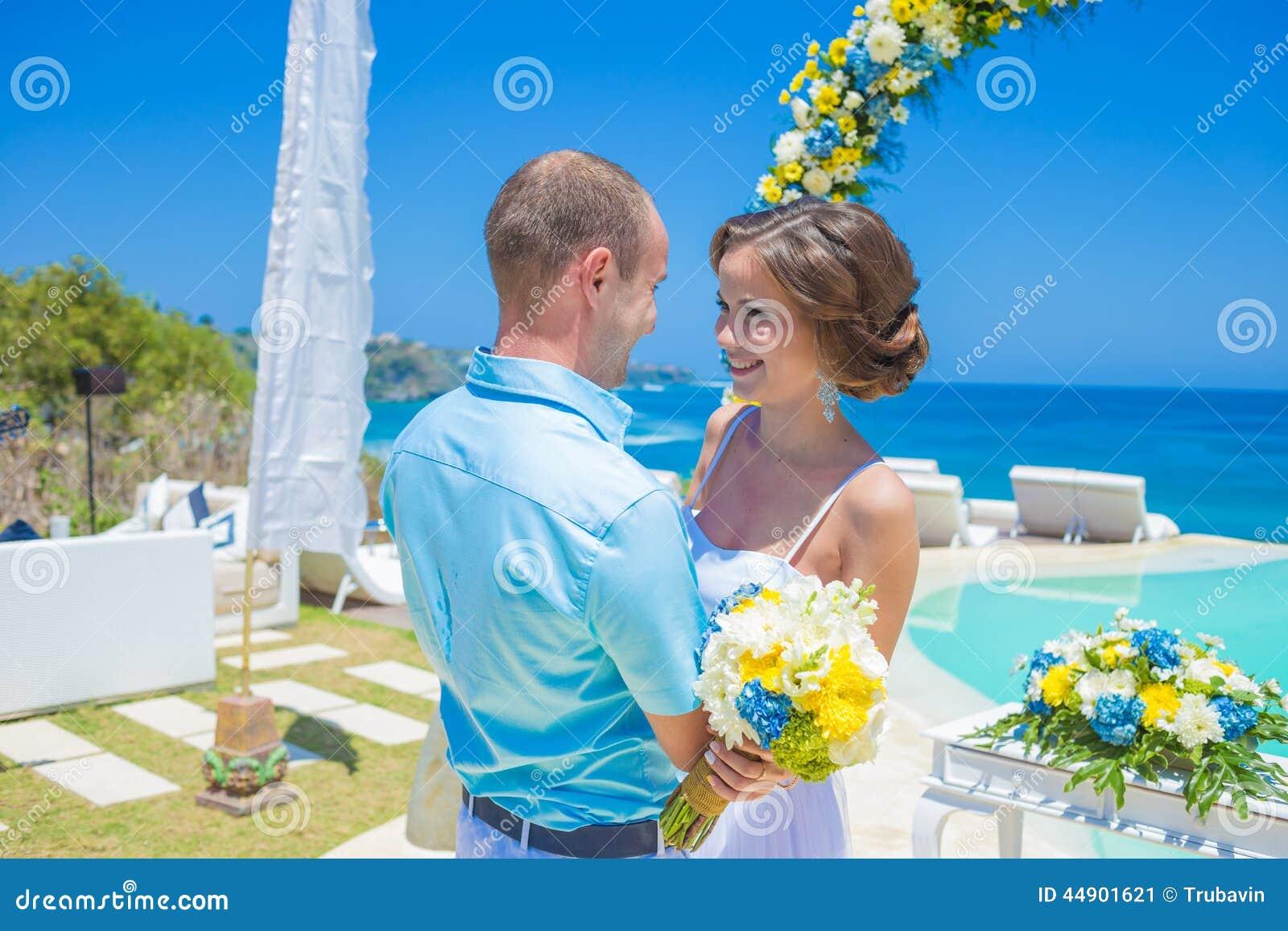 Свадебная церемония на тропической линии побережья