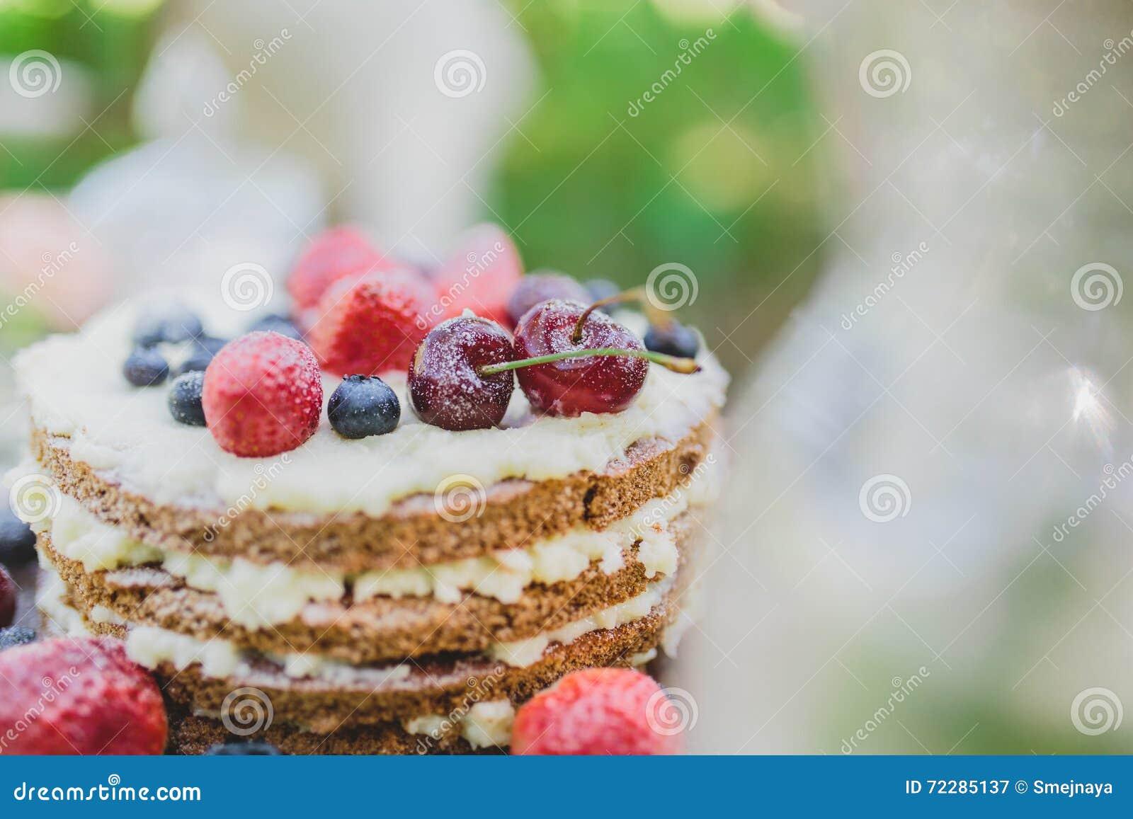 Download Свадебный пирог ягоды стоковое изображение. изображение насчитывающей плодоовощ - 72285137