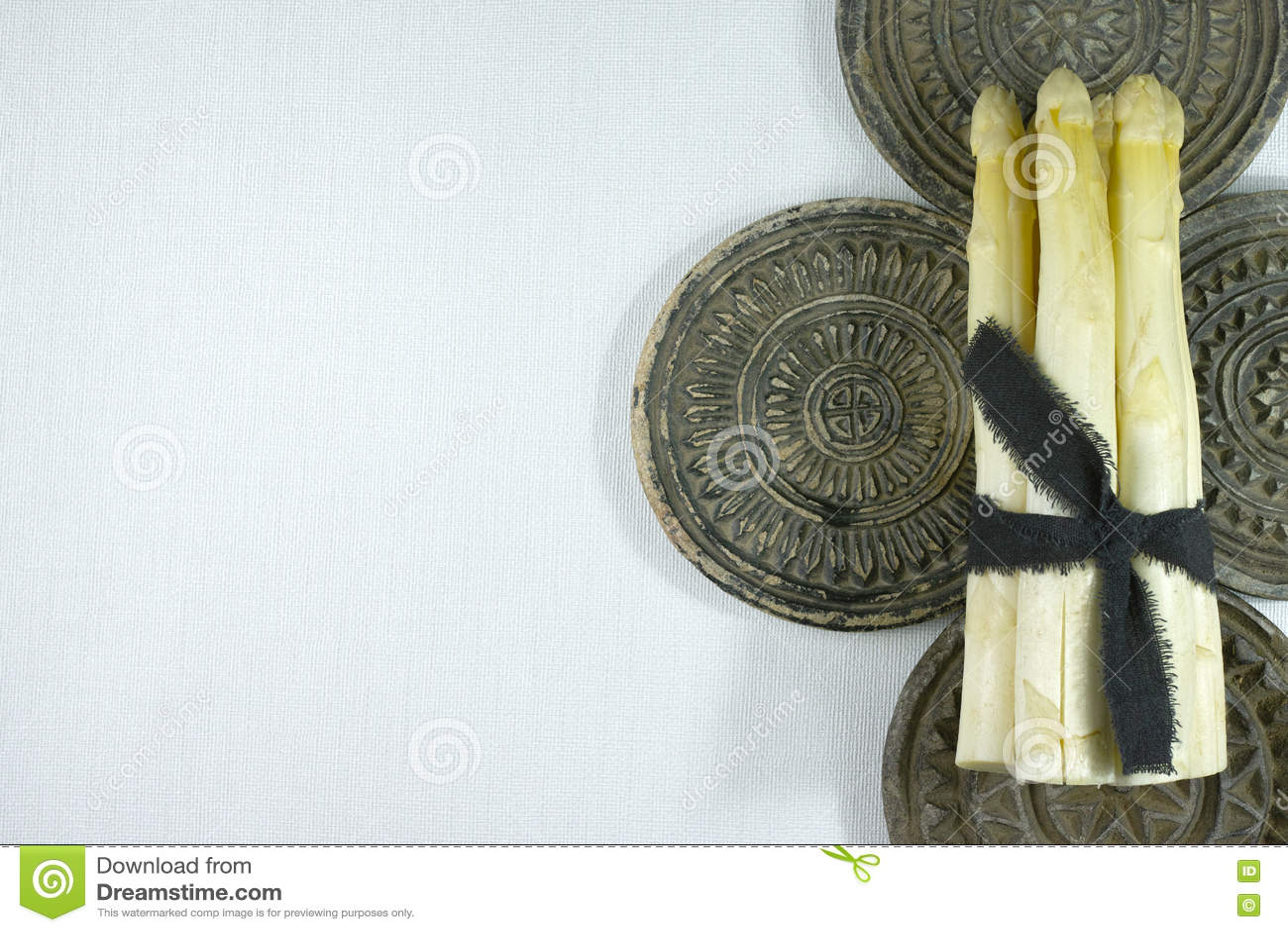 Свежая белая спаржа на серых каменных досках