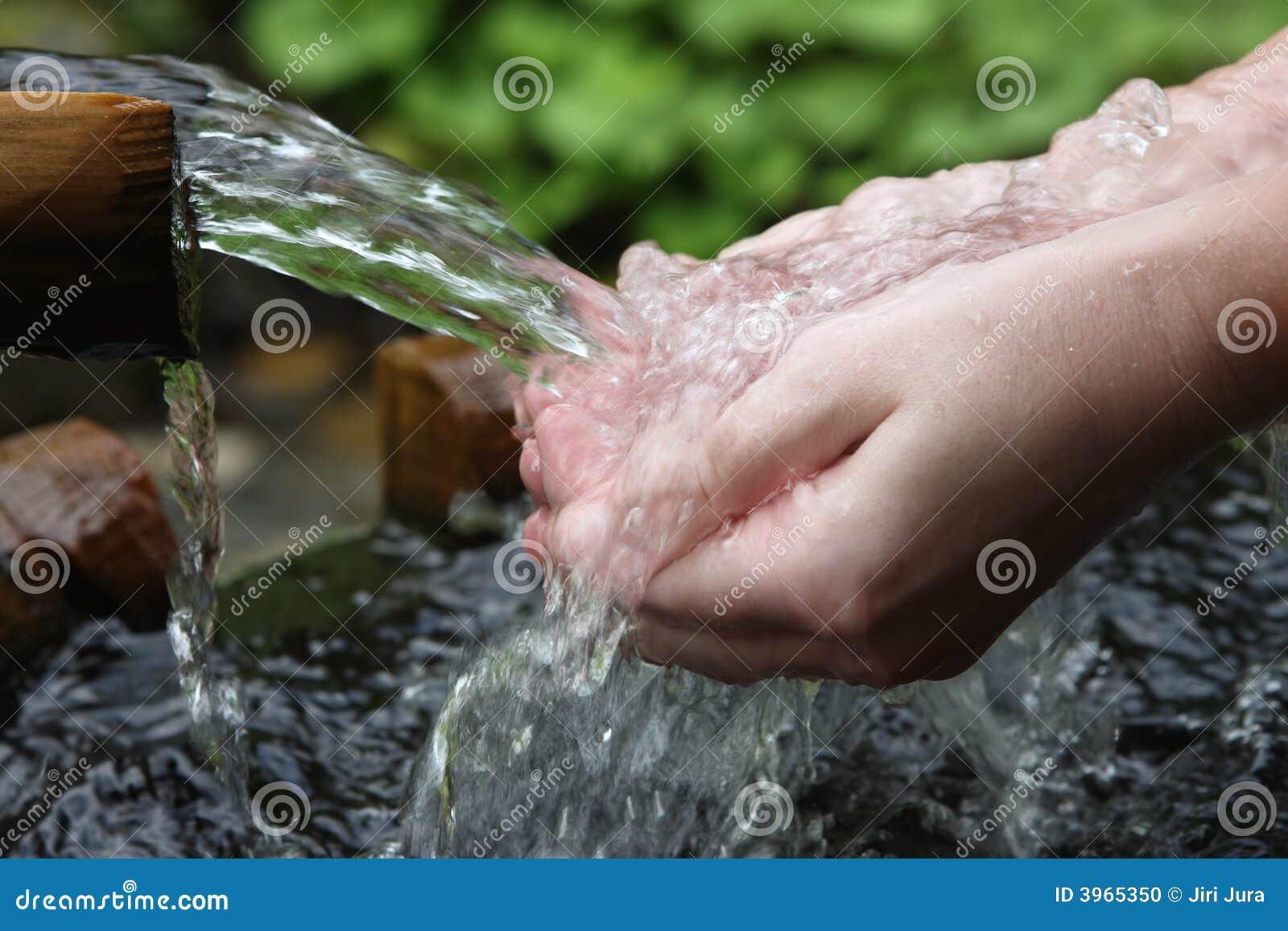 свежая вода рук