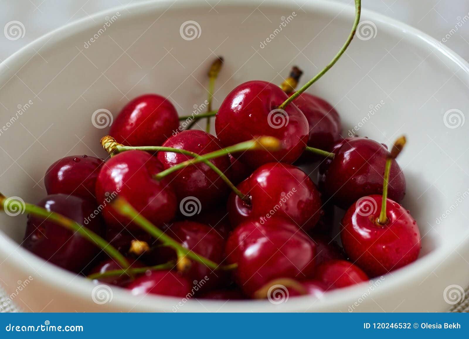 Свежая, зрелая, сладостная вишня в шаре