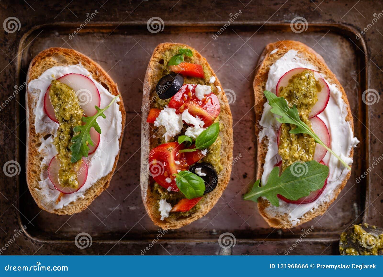 Свежая и хрустящая итальянская закуска как bruschetta или crostini
