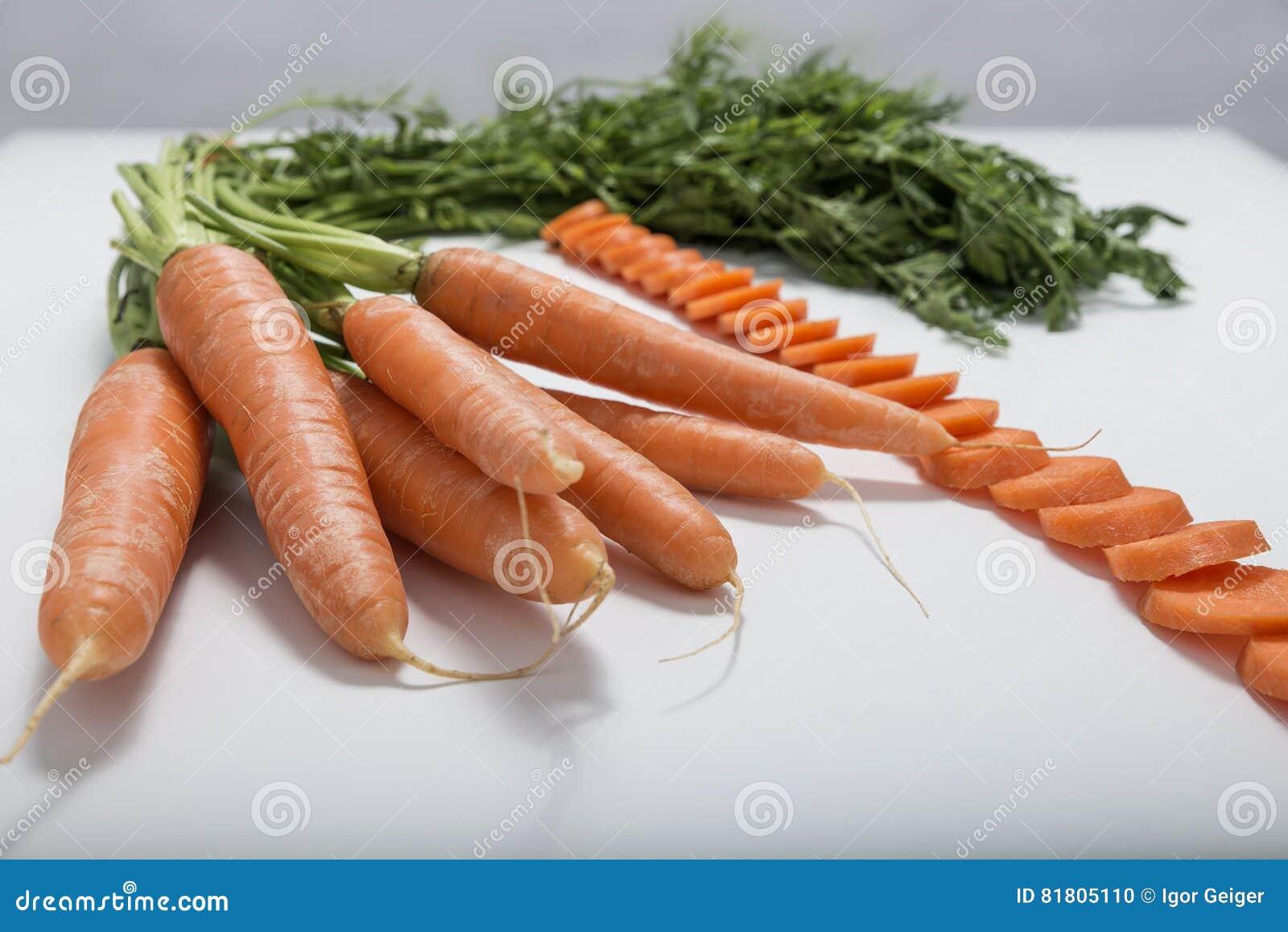 Свежая сочная оранжевая морковь