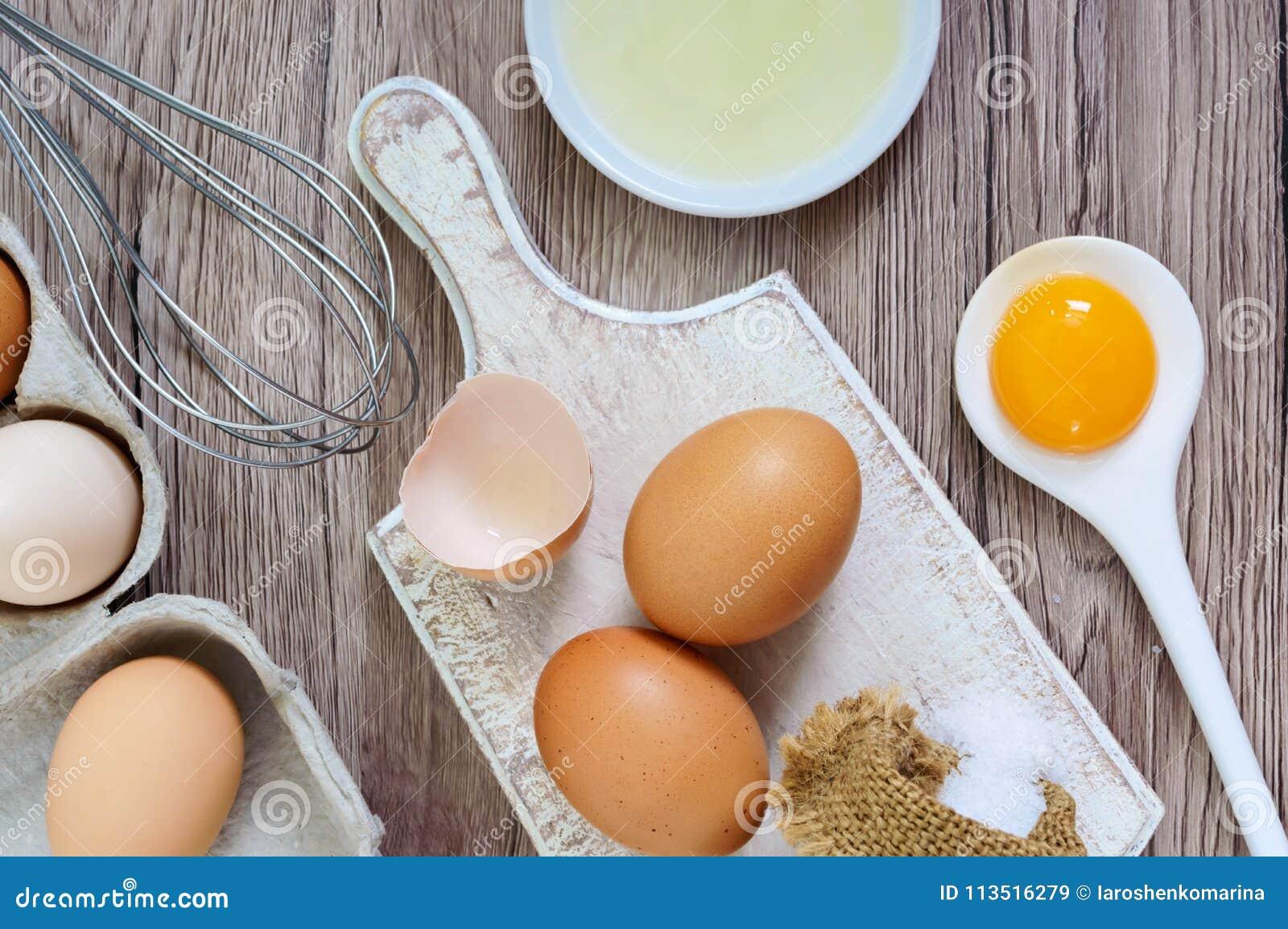 Свежая ферма eggs на деревянной деревенской предпосылке