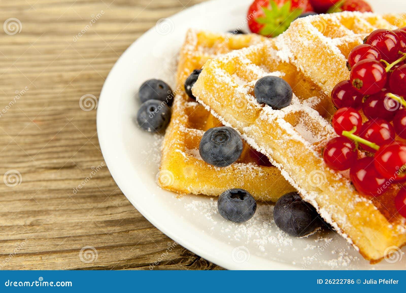 Свежее вкусное waffer с сахаром порошка и смешанными плодоовощами
