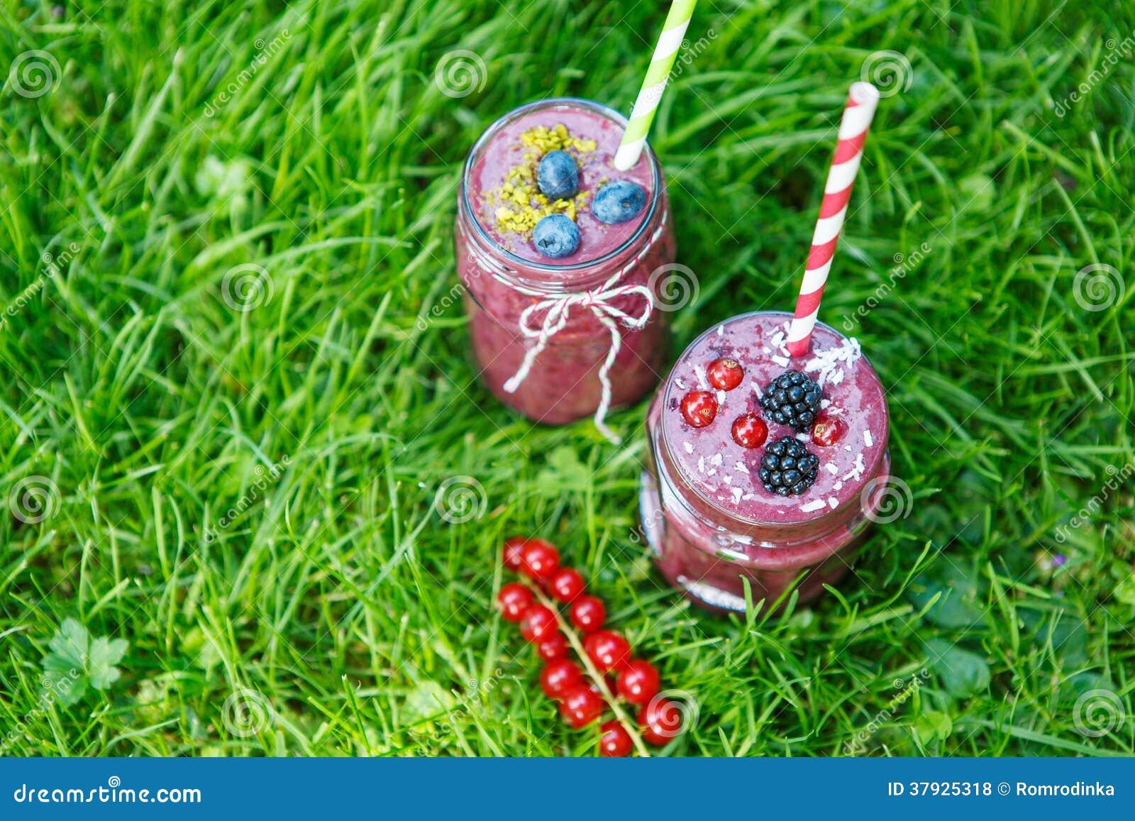 Свежее питье smoothie с различными ягодами как здоровый завтрак