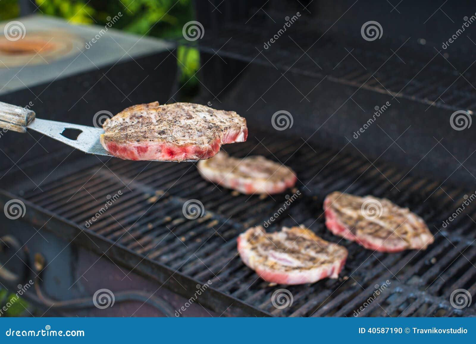 Свежее сочное мясо на открытом барбекю
