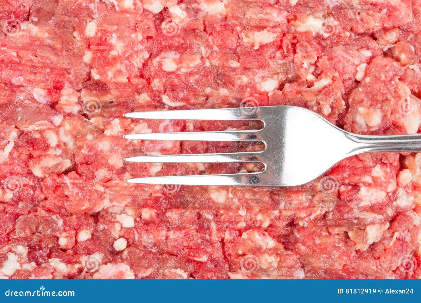 Свежее сырцовое семенить мясо с вилкой