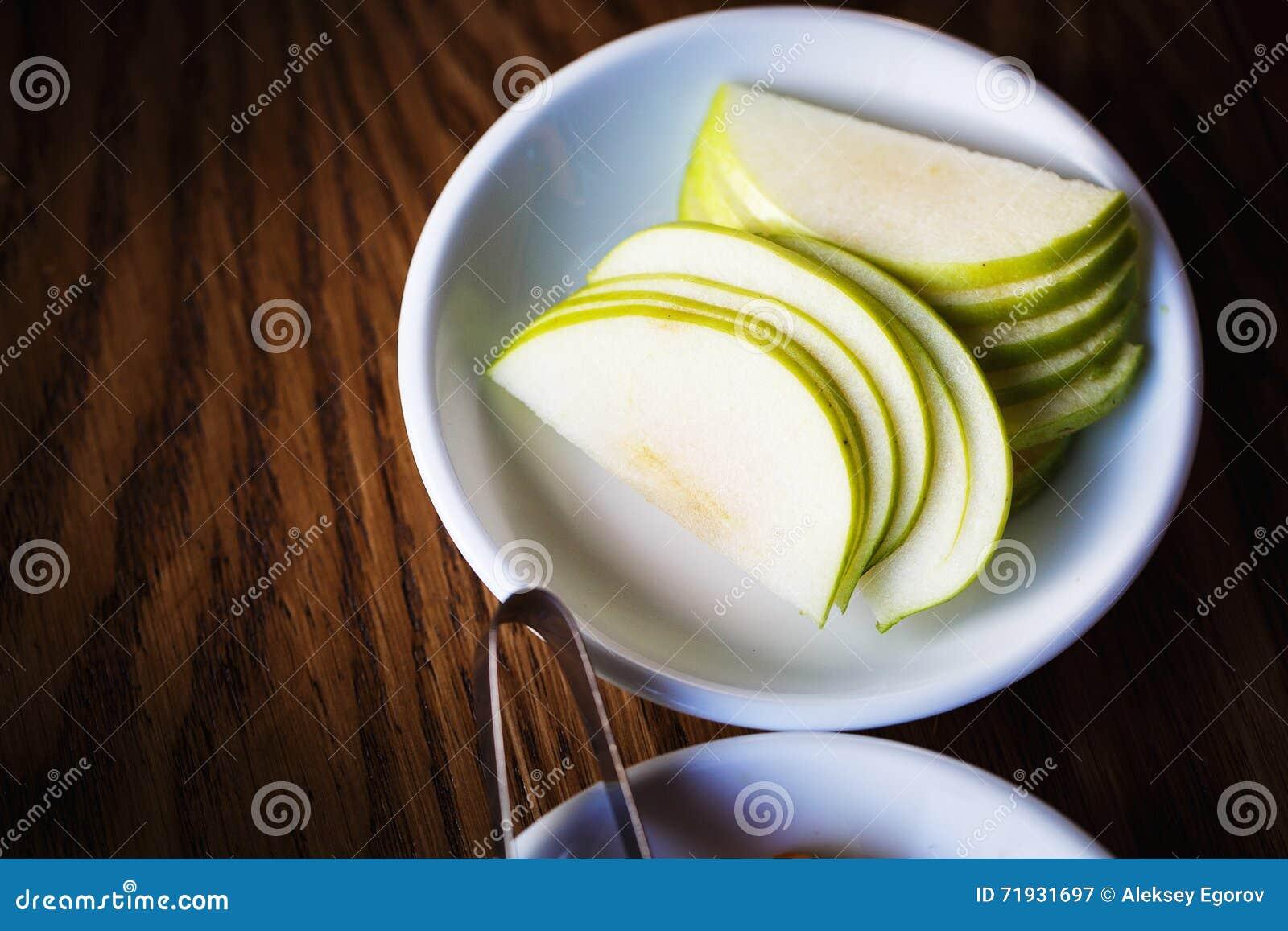 Свежее яблоко на белой плите