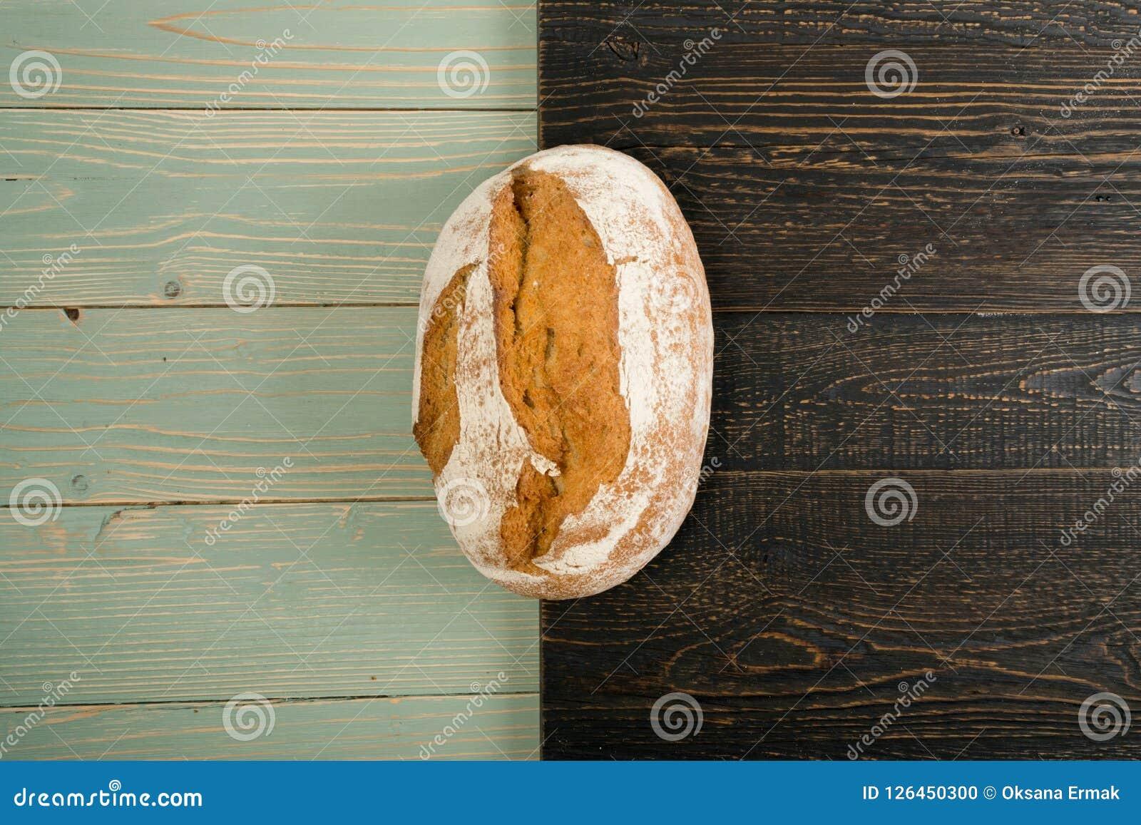 Свеже испеченный традиционный хлеб на деревенской предпосылке