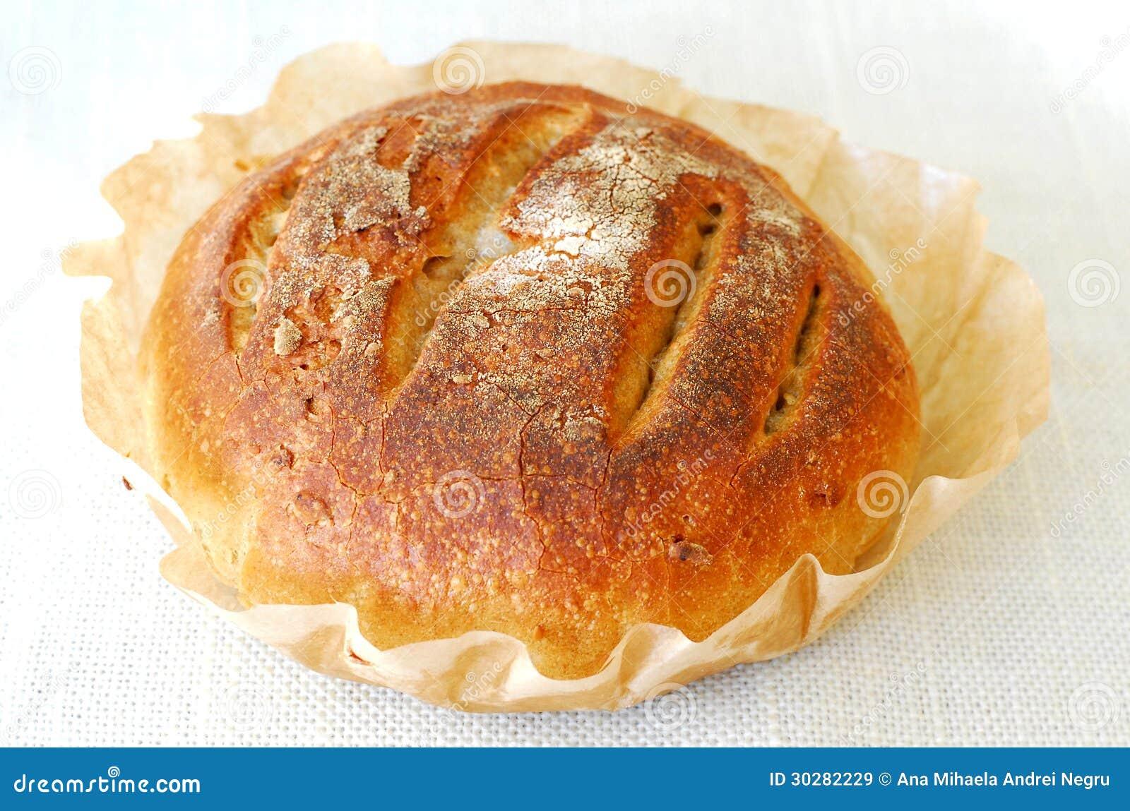 Свежий круглый хлеб sourdough
