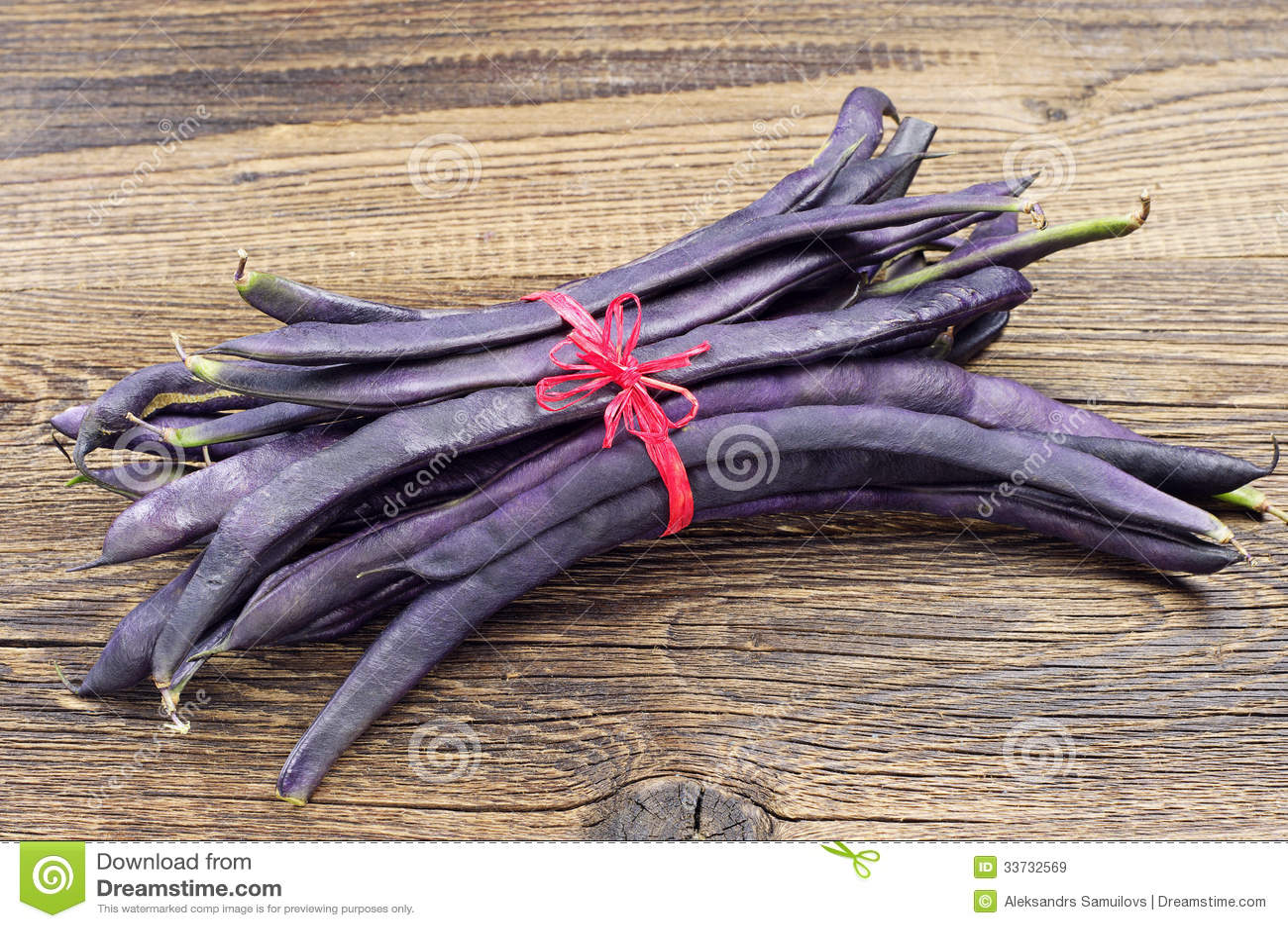 Свеже сжатые фиолетовые стручковые фасоли