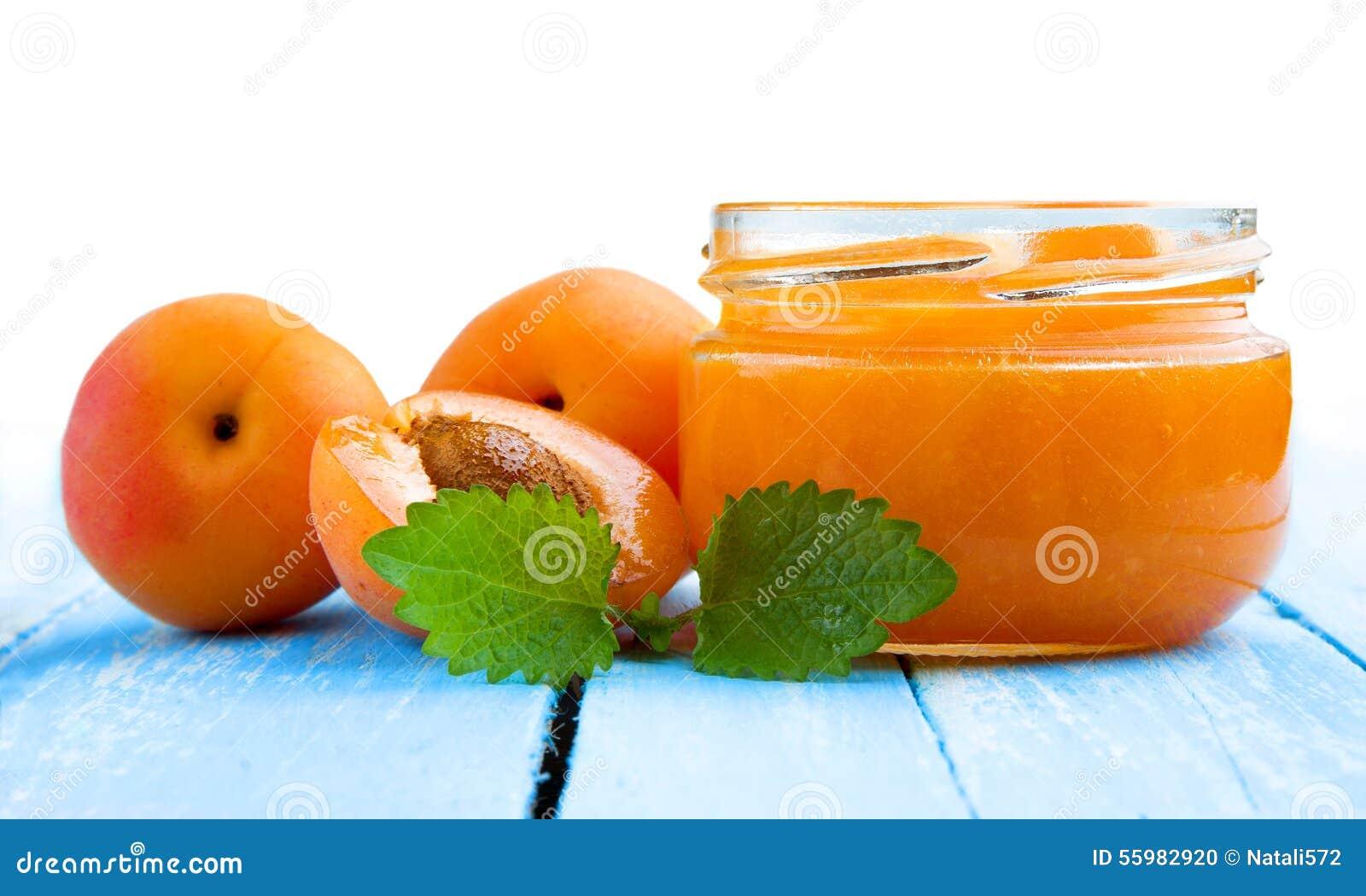 Свежие абрикосы с вареньем в стеклянном опарнике