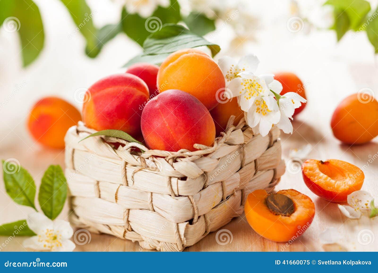 Свежие абрикосы