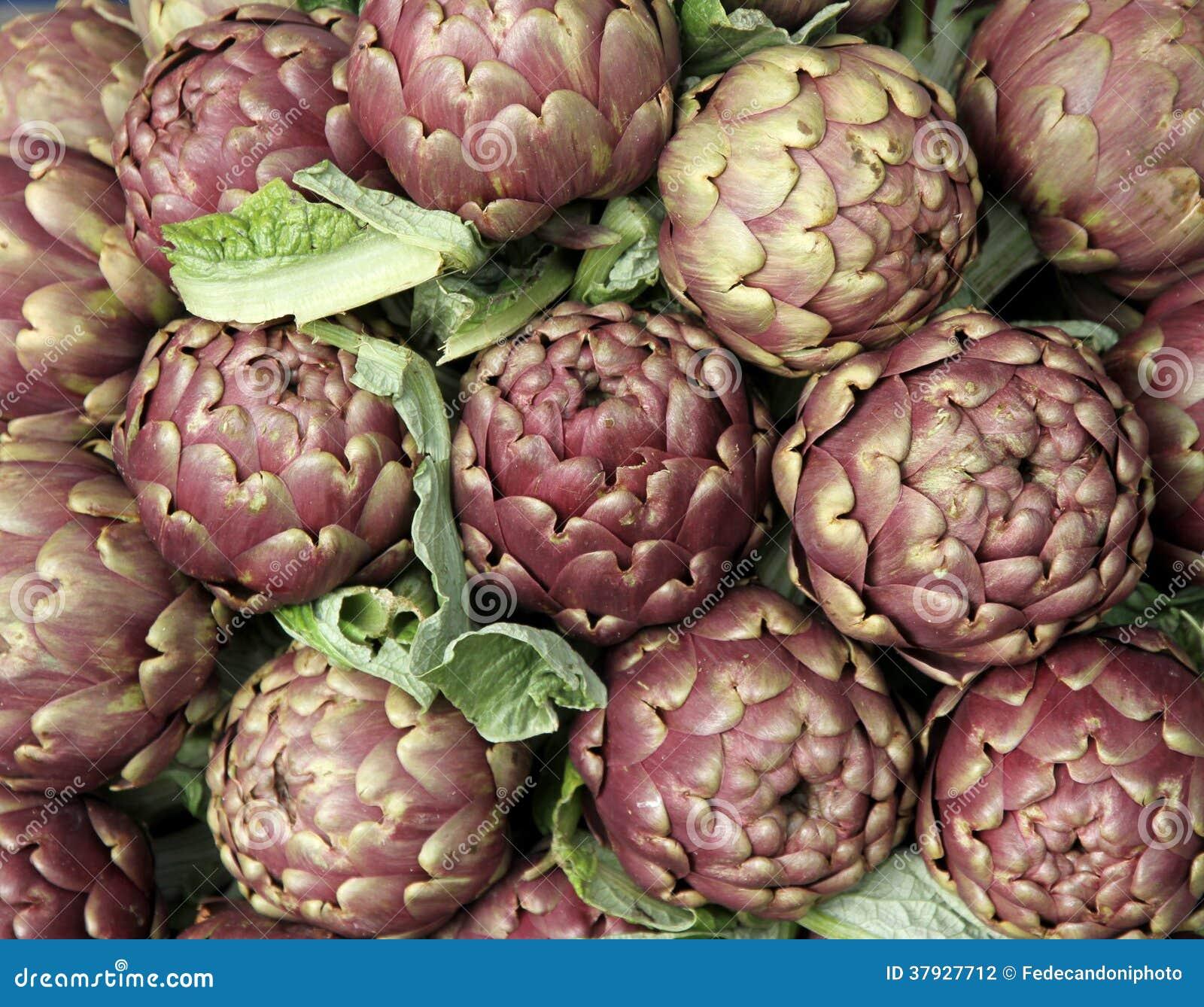 Свежие артишоки для продажи на vegetable рынке 4