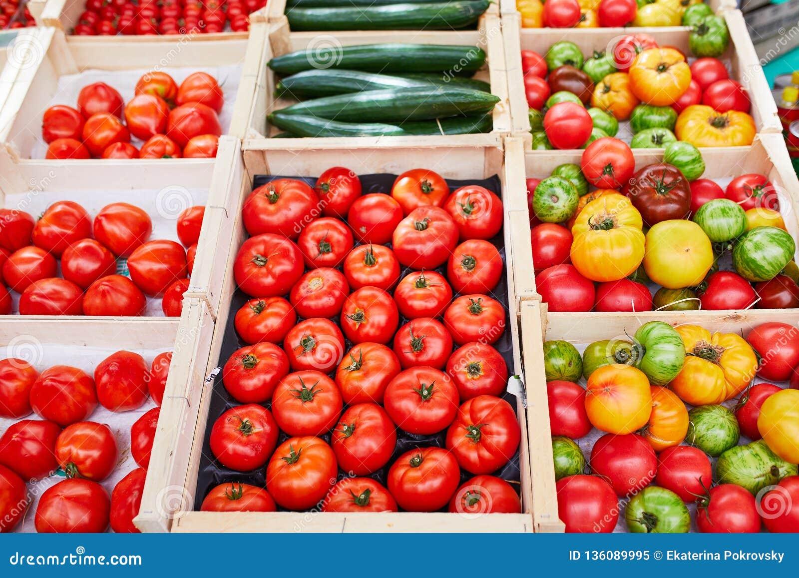 Свежие здоровые био фрукты и овощи на рынке фермера