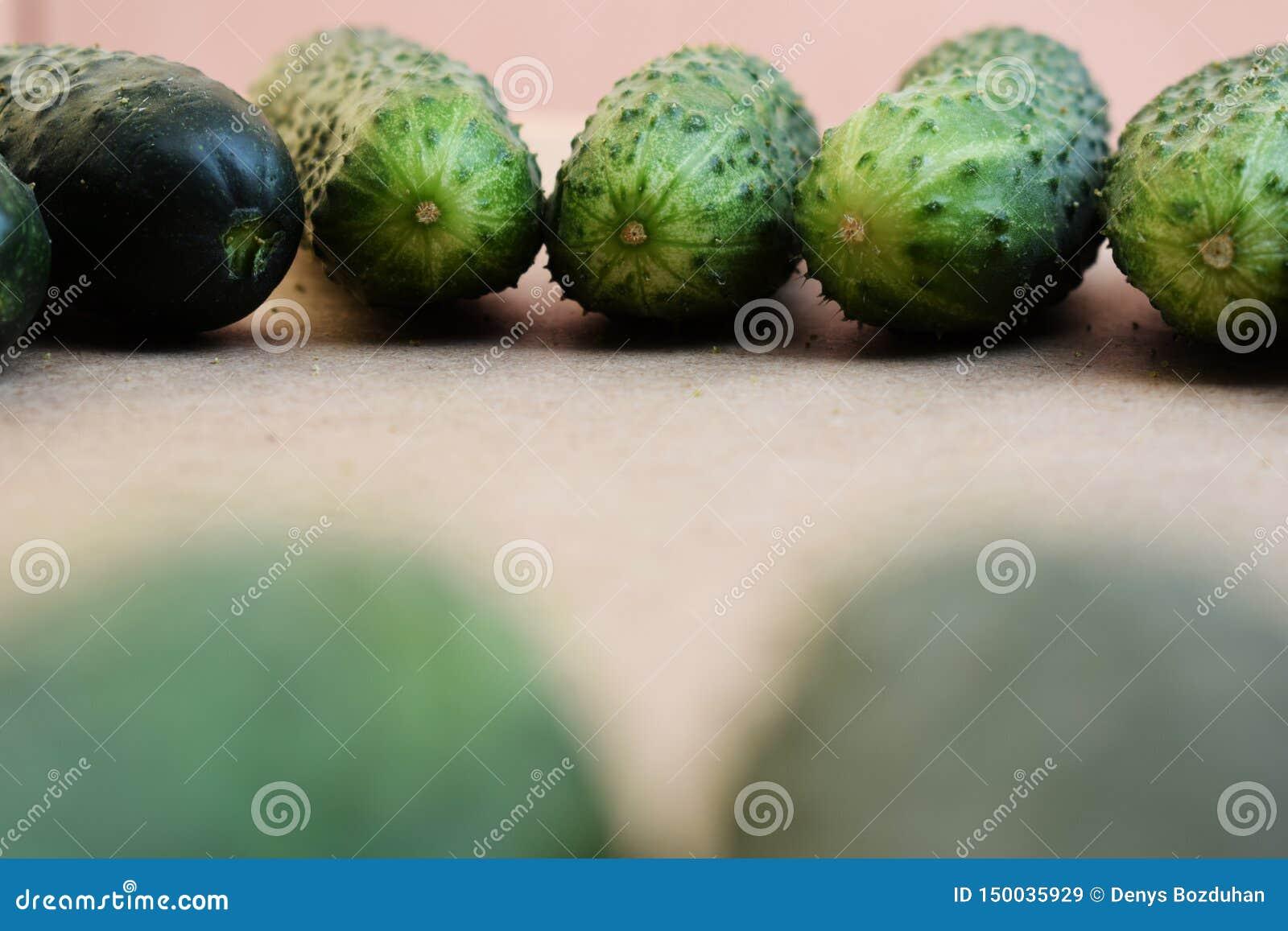 Свежие зеленые огурцы Полезные овощи и еда r Огурец содержит витамины группы b, a