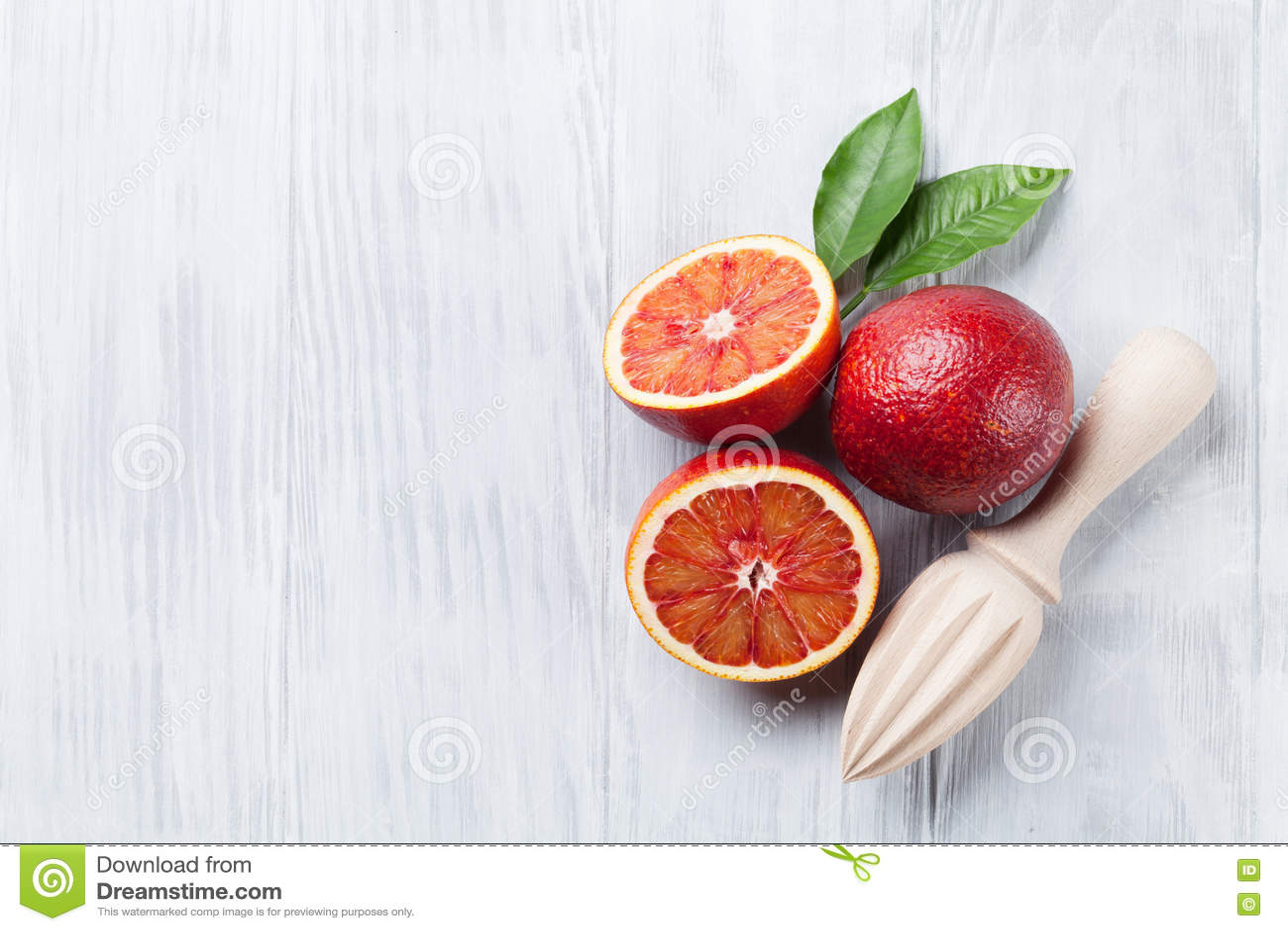 Свежие зрелые красные апельсины и juicer