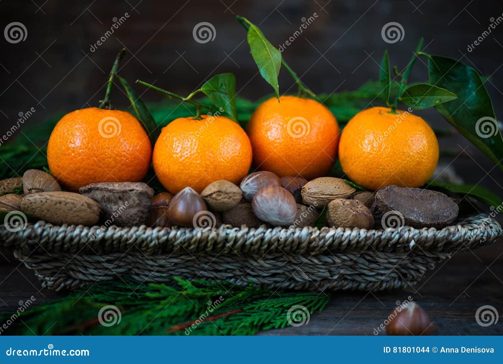 Свежие Клементины или Tangerines в корзине