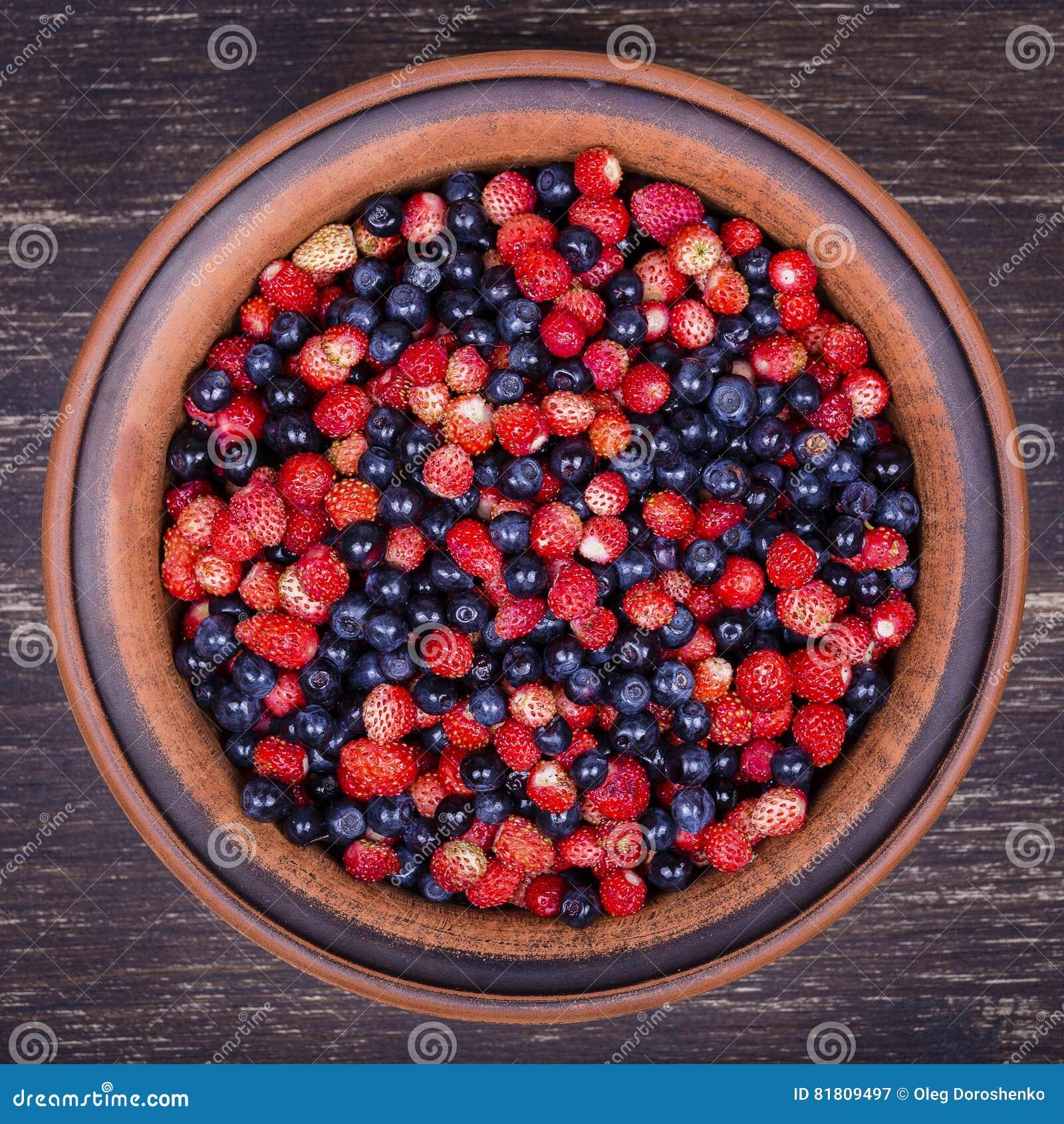 Свежие клубники и голубики, одичалая ягода