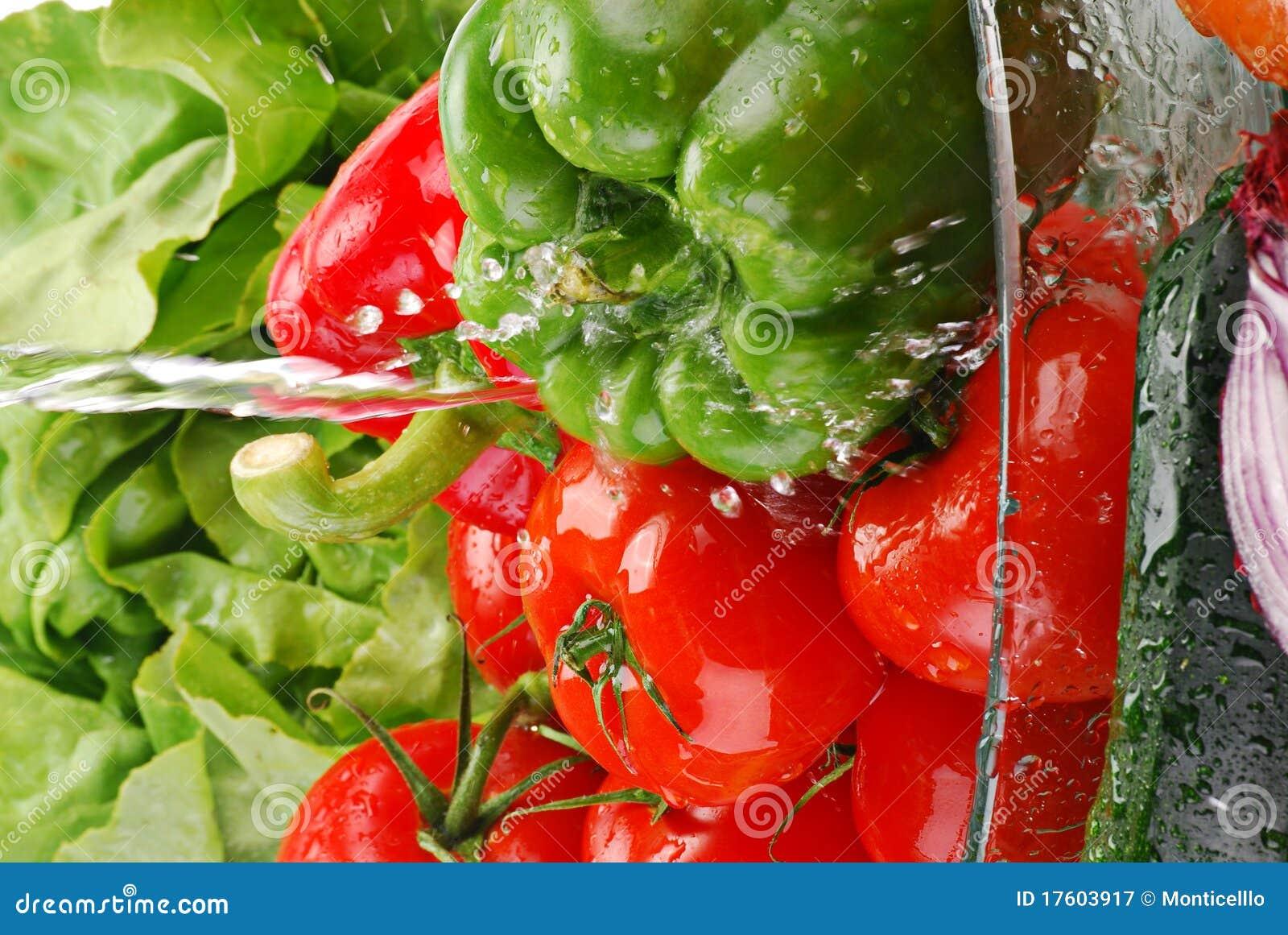 Свежие овощи с брызгают воды