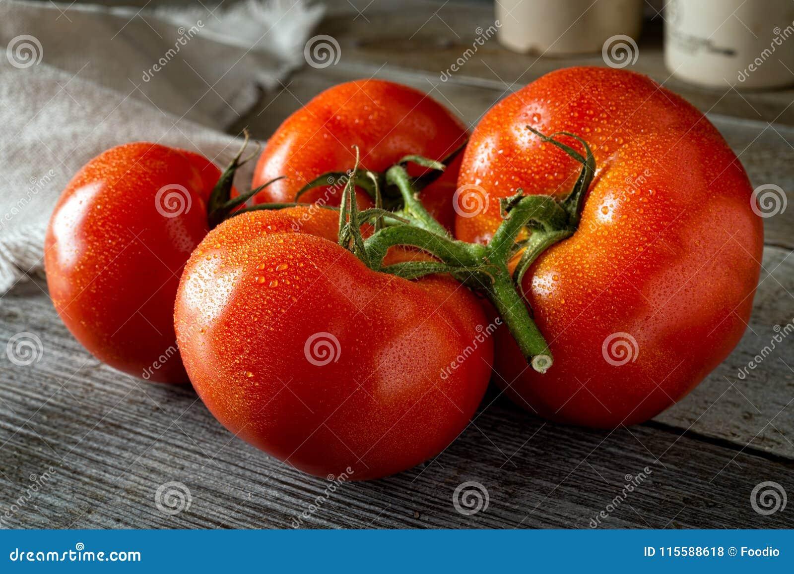 свежие органические зрелые томаты