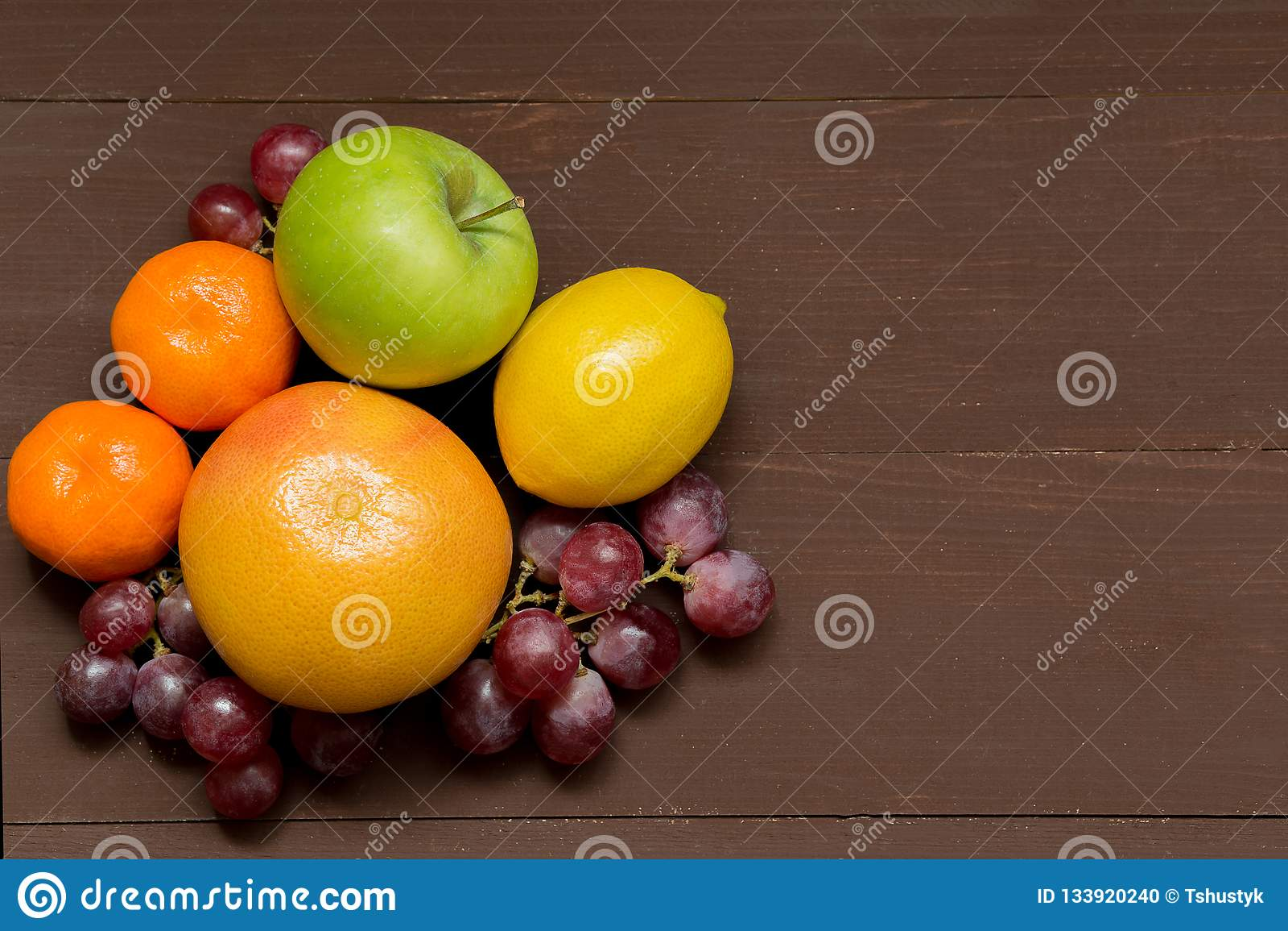 Свежие органические плодоовощи на деревянной предпосылке