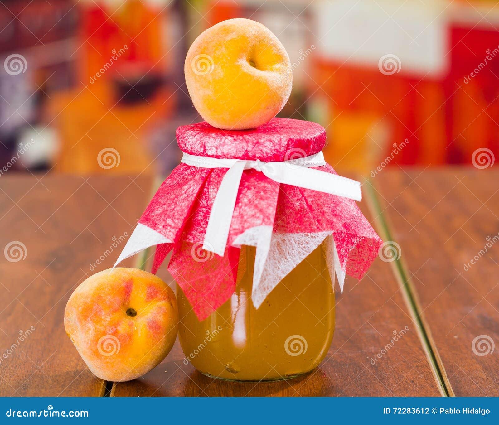 Download Свежие персики соединяют домодельный бак варенья, милого расположения таблица деревянная Стоковое Фото - изображение насчитывающей breadcrumbs, консервировать: 72283612