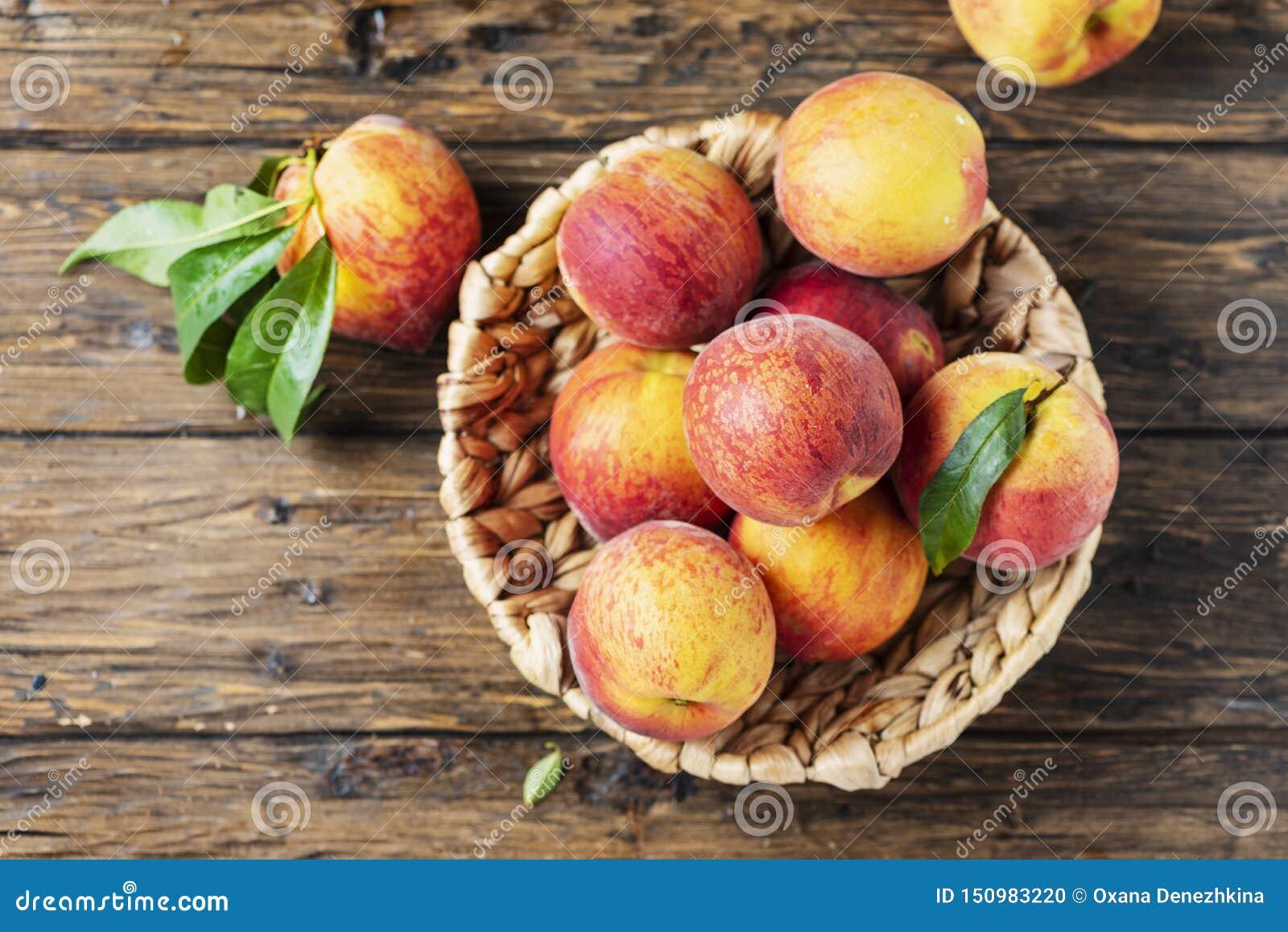 Свежие сладкие персики