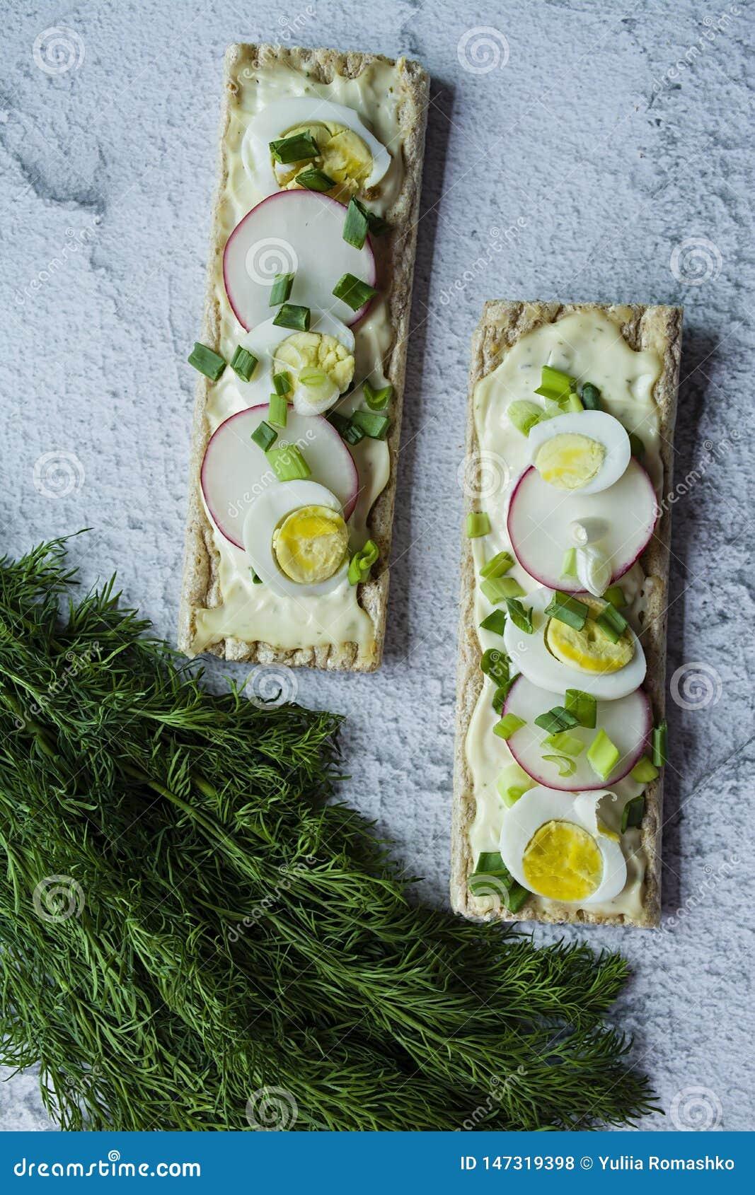 Свежие сэндвичи с яйцом триперсток, редиской и расплавленным сыром Сэндвичи Veggie : :