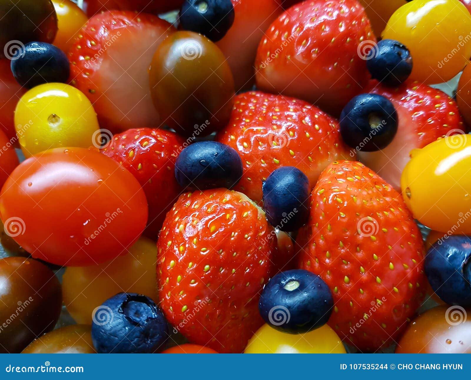 Свежие томаты голубики клубник
