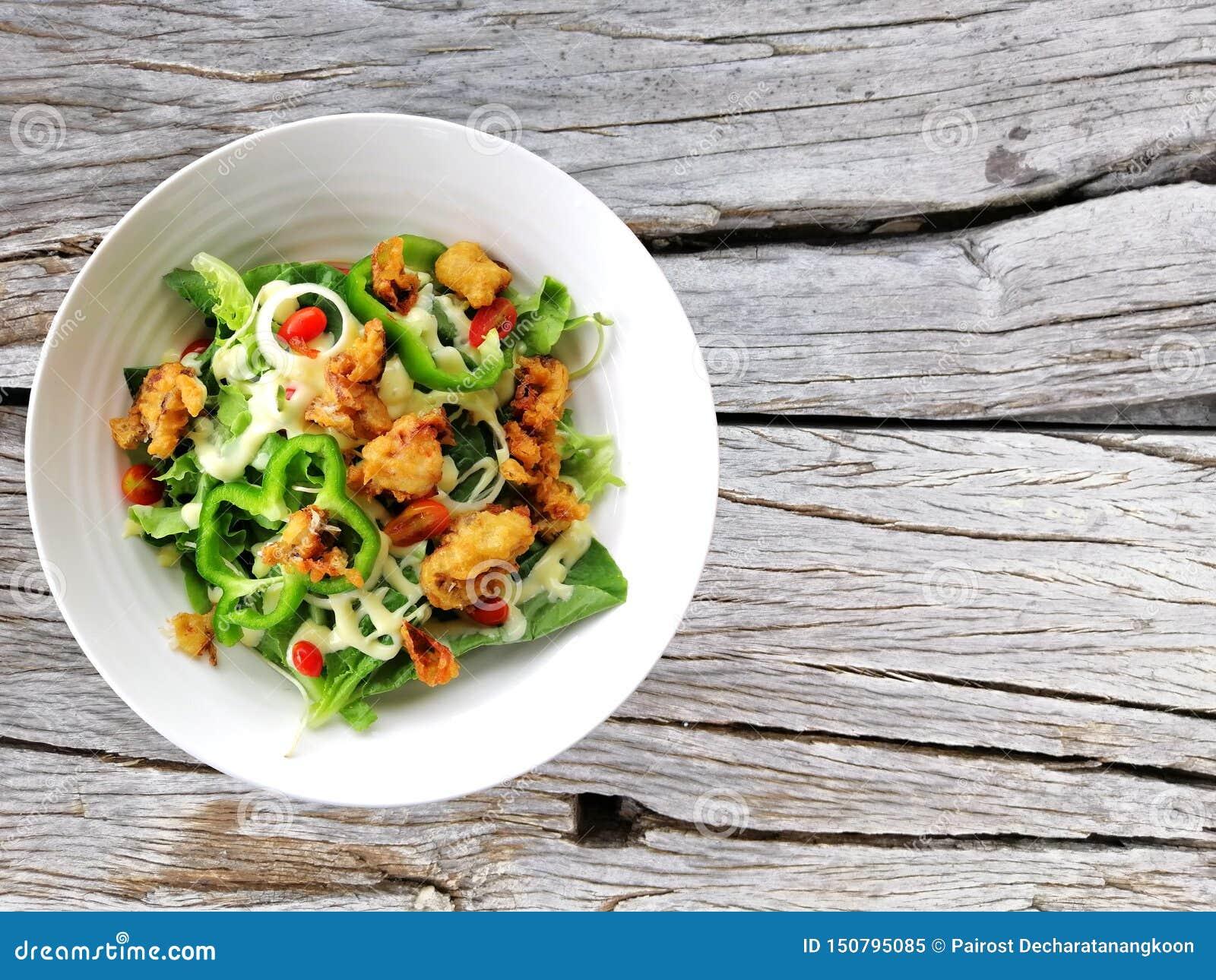 Свежие томаты салата и смешанный arugula зеленых цветов, mesclun, mache на деревянном конце предпосылки вверх E