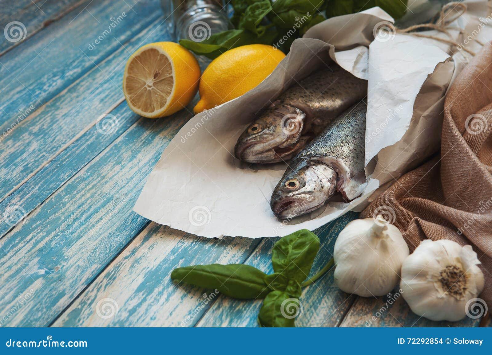 Download Свежие форели с лимоном и Basilic Стоковое Фото - изображение насчитывающей кухня, низко: 72292854