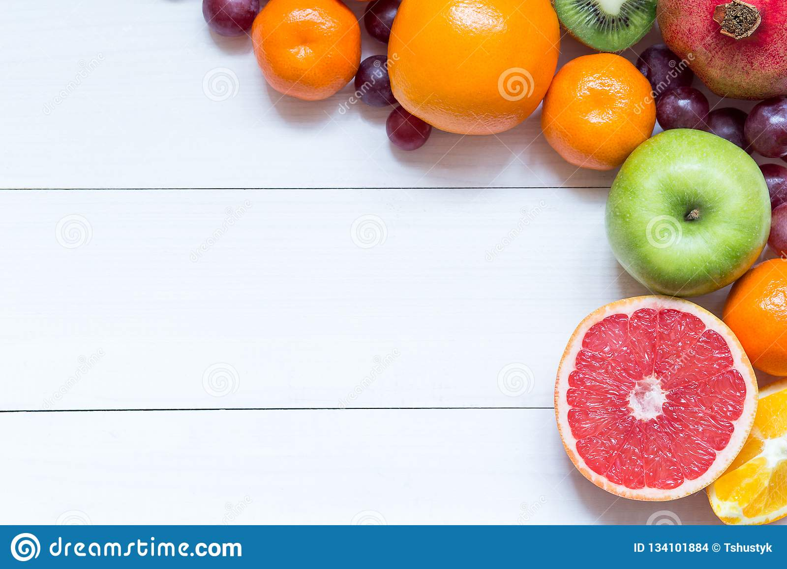 Свежие фрукты на предпосылке рамки деревянных доск